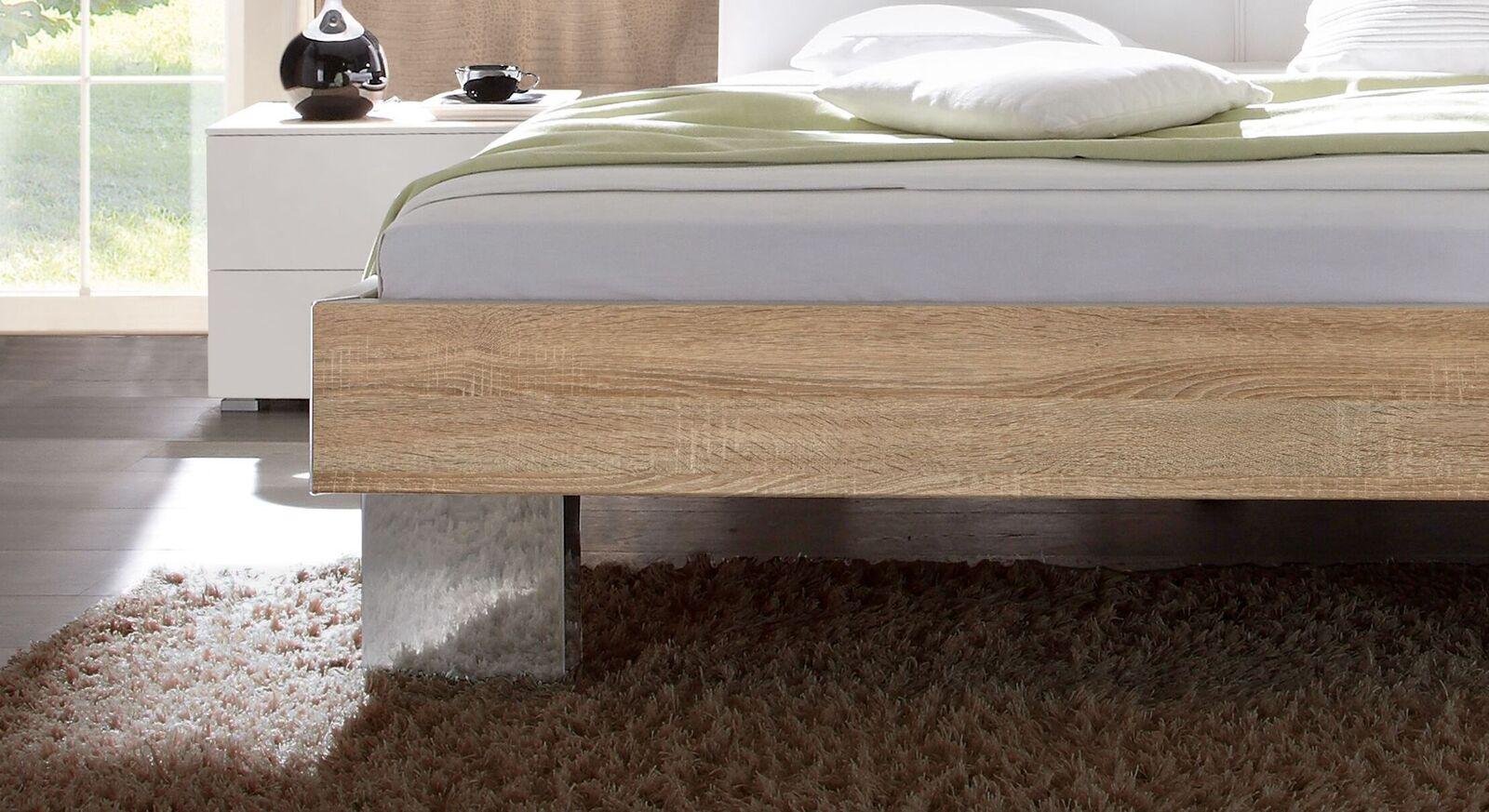 Bett Cassio mit verchromten Metallfüßen