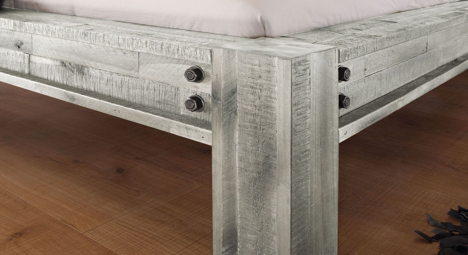 Bett Cekin mit weißen Balkenfüßen