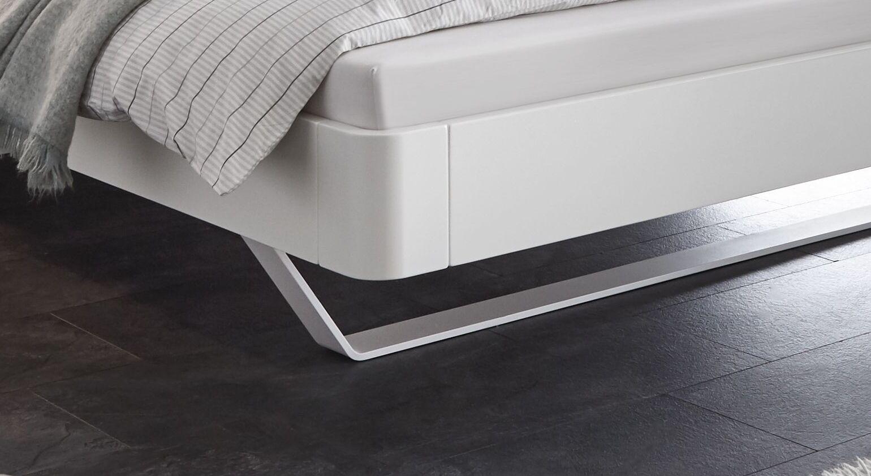 Stylisches Bett Cilona mit weißen Metallkufen