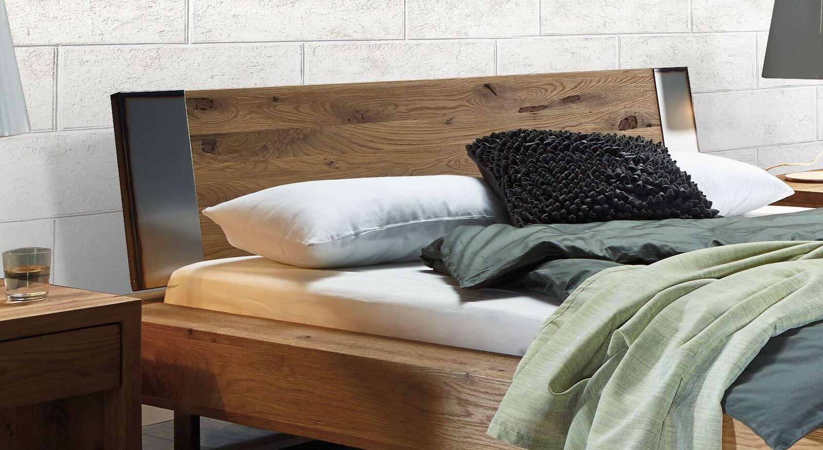 Bett Demus mit robustem Holz-Kopfteil
