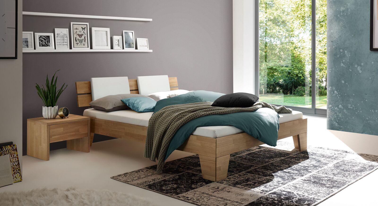 Klassisches Bett Enos aus hellem Eichenholz