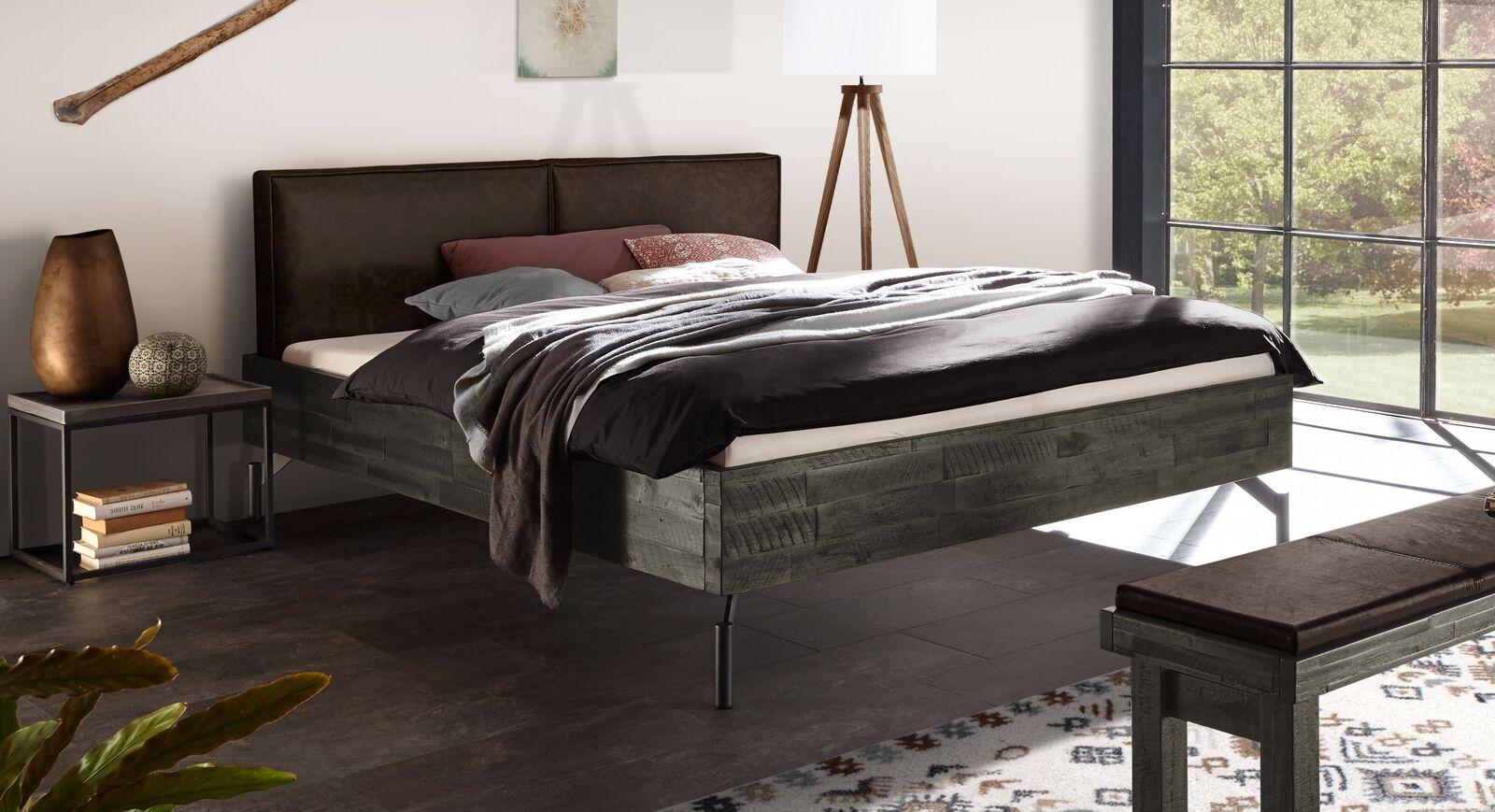 Graues Bett Envigado mit maronefarbenem Kopfteil