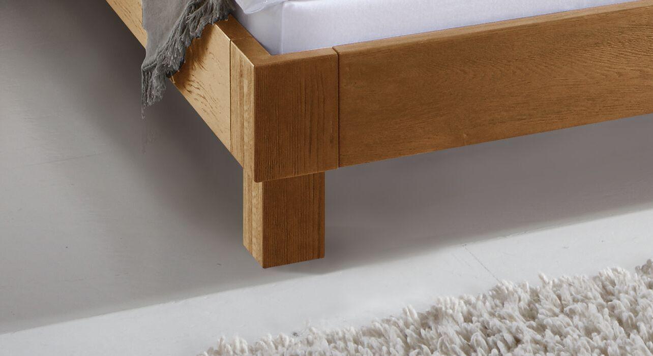 Bett Floriano mit massiven Blockfüßen