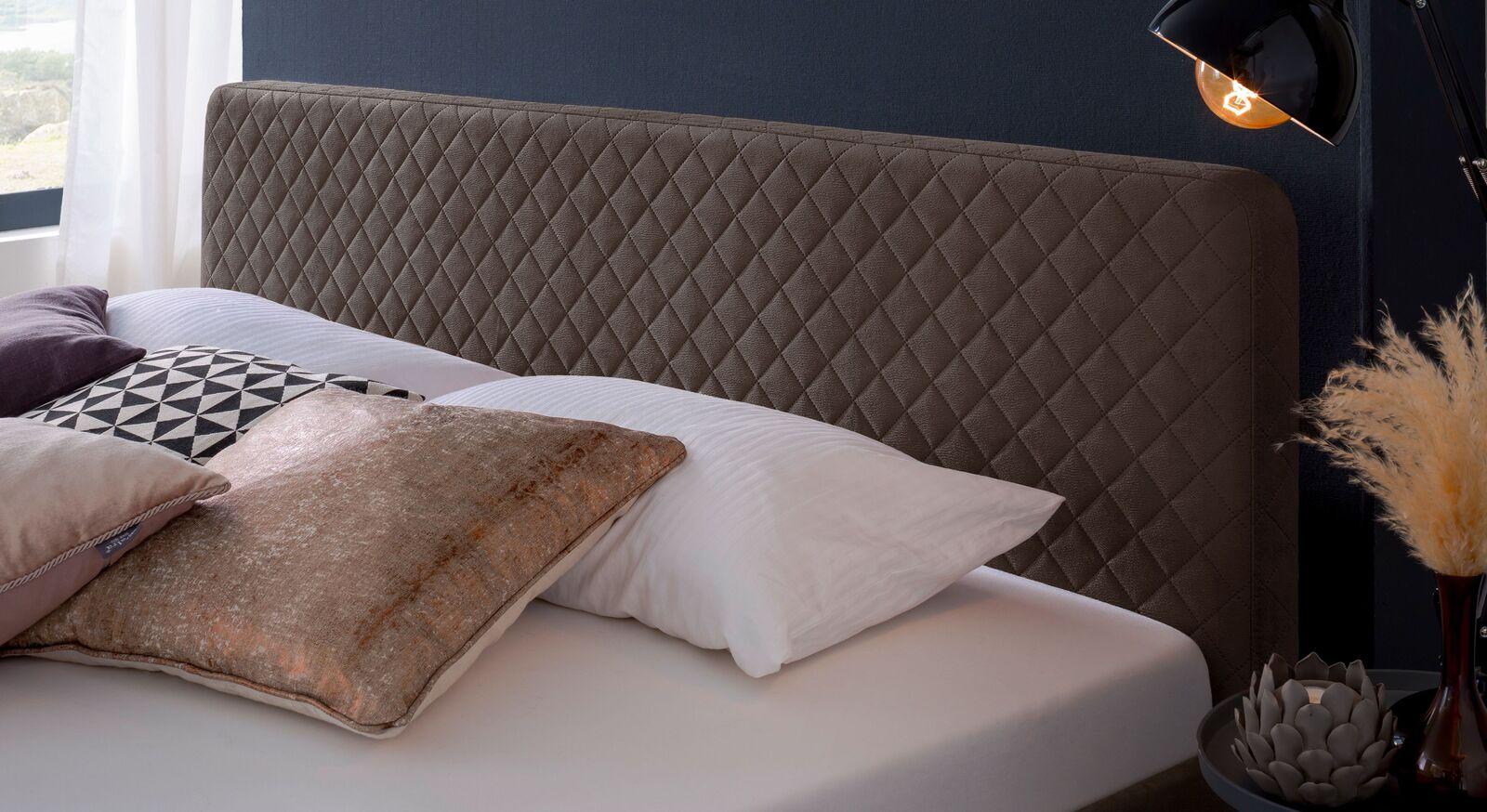 Modernes Bett Gitega mit gestepptem Kopfteil