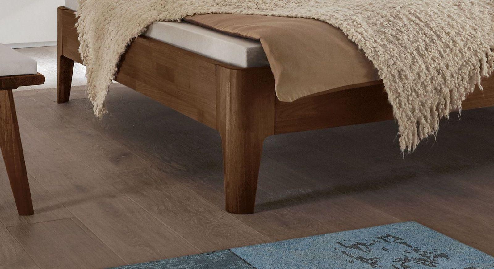 Bett Gori mit abgerundeten Massivholz-Bettbeinen