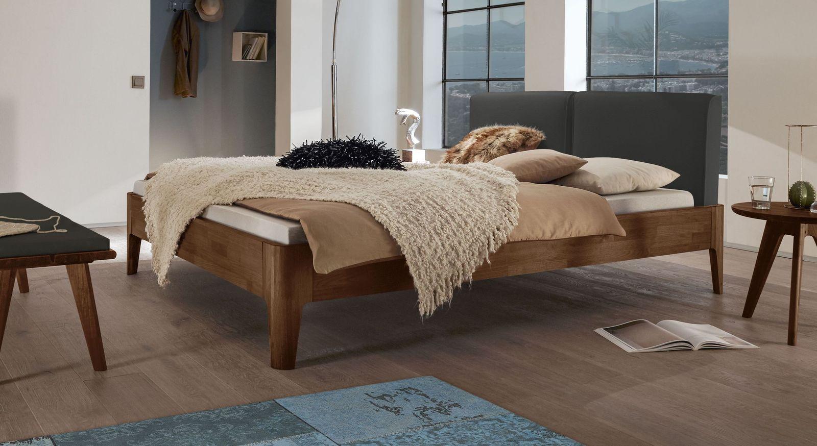 Bett Gori aus Nussbaumholz mit anthrazitfarbenem Kopfteilpolster