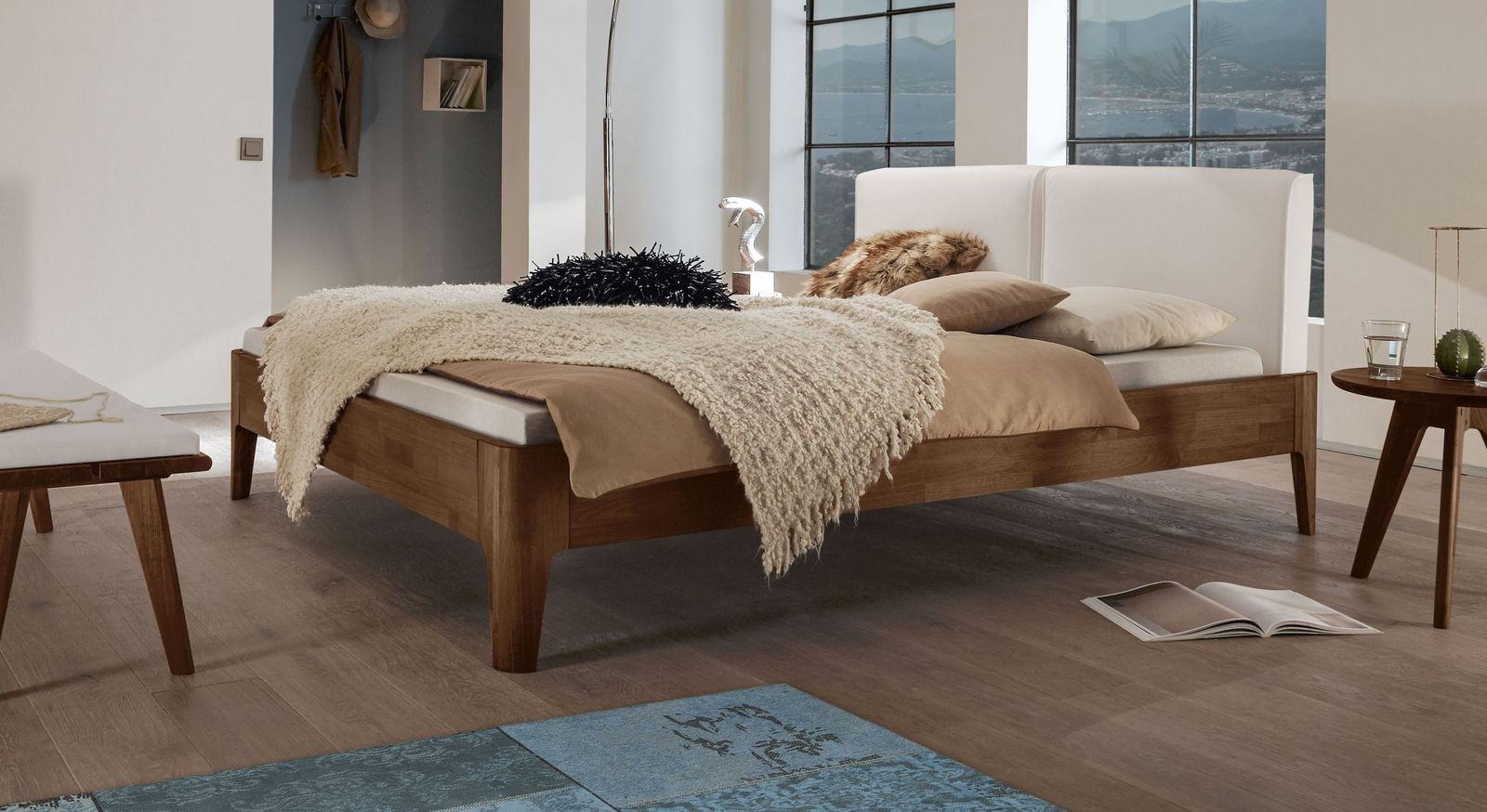 Bett Gori aus Nussbaumholz und weißem Kunstleder
