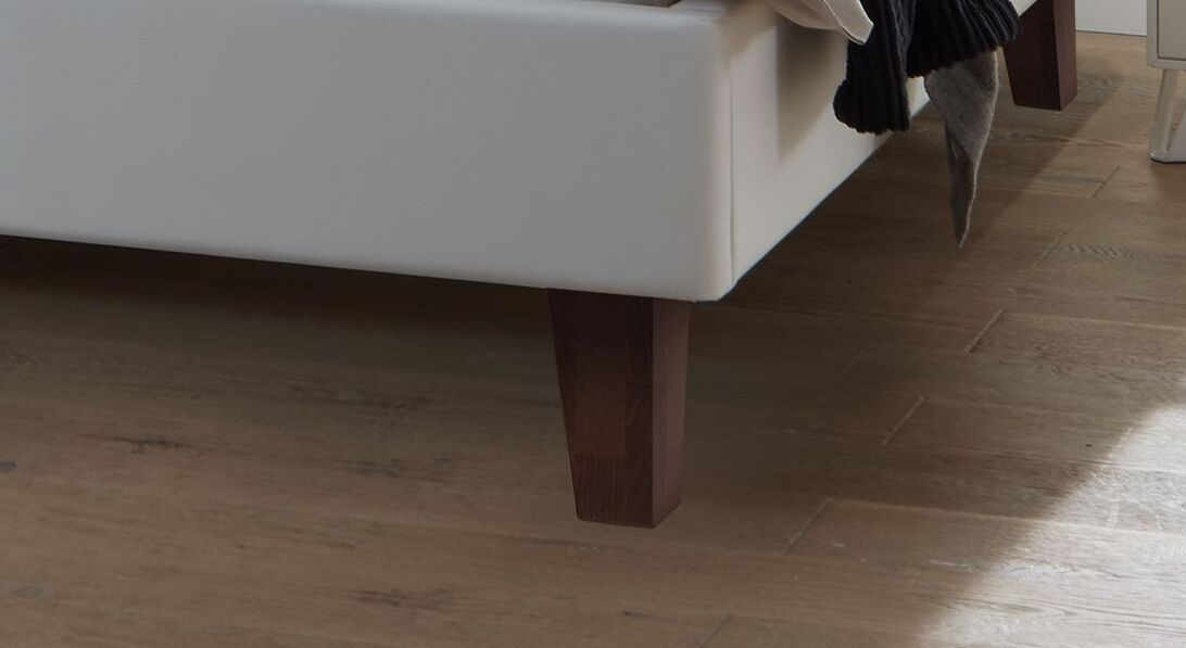 Bett Ikar mit wengefarbenen Holzfüßen