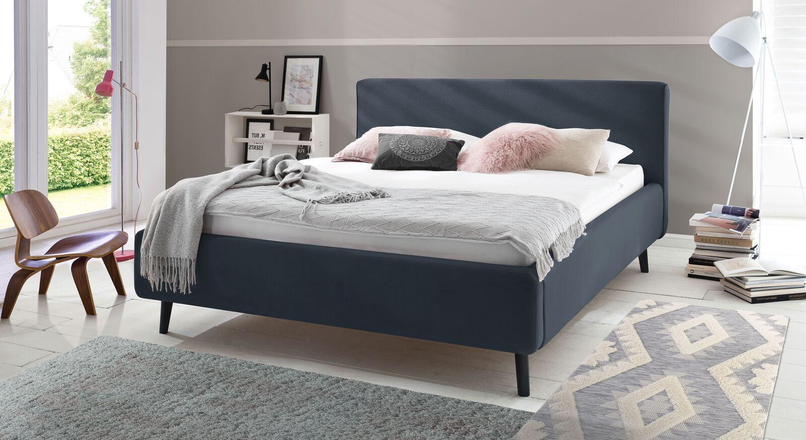 Bett Inara mit dunkelblauem Samtbezug