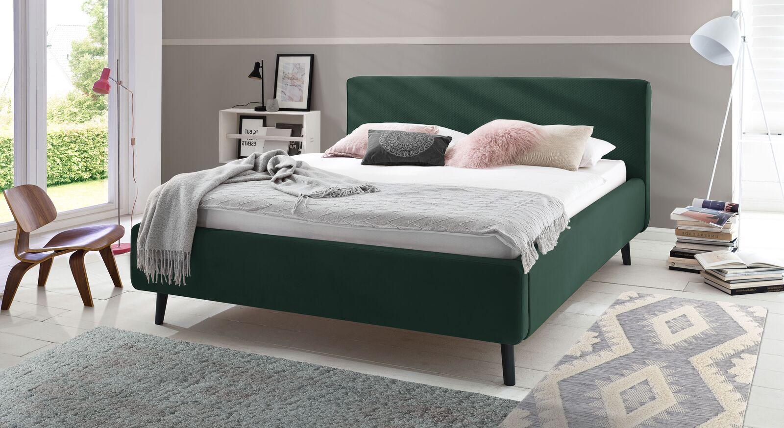 Bett Inara mit dunkelgrünem Samtbezug