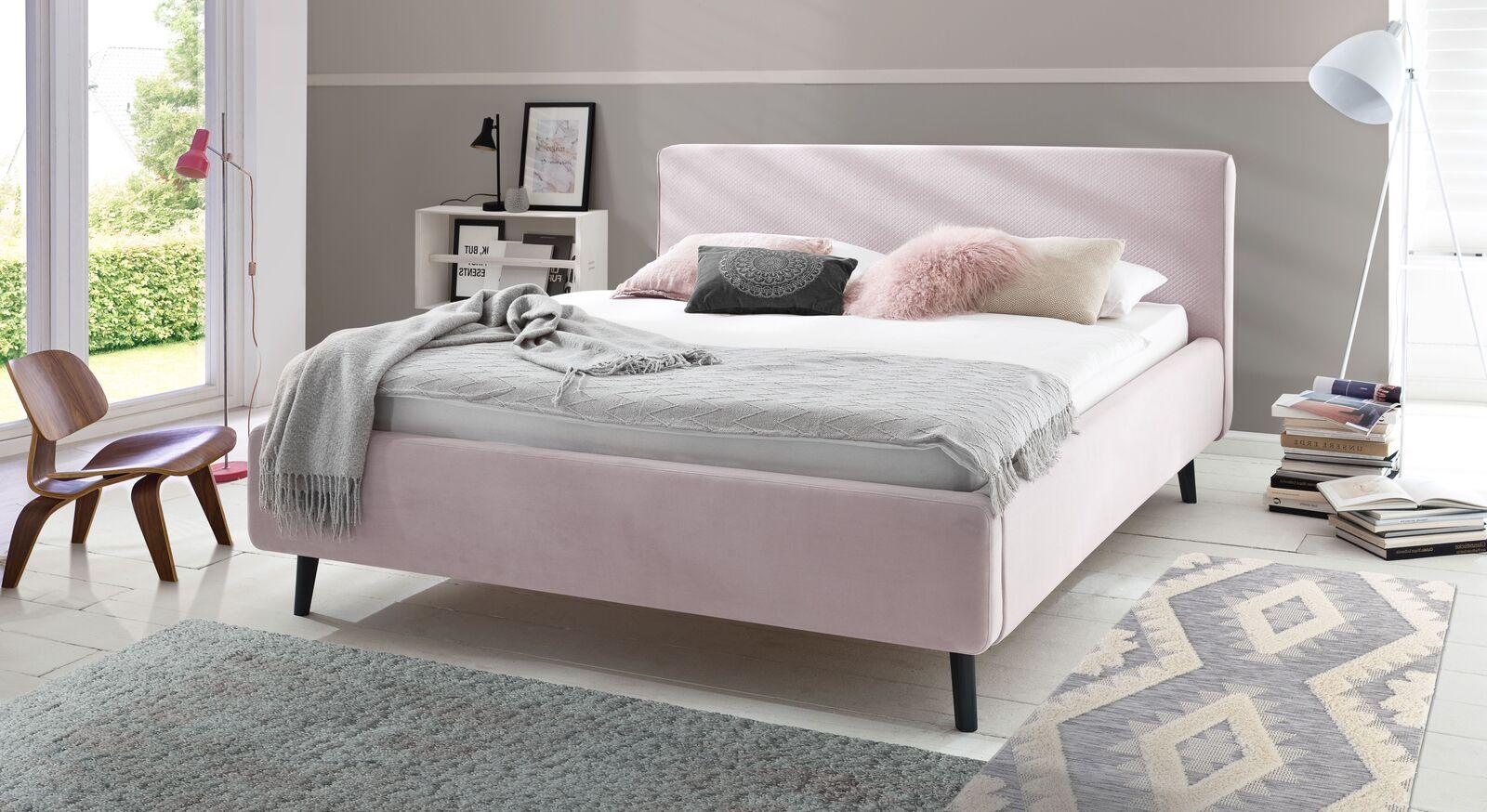 Angesagtes Bett Inara mit Stoffbezug in Altrosa