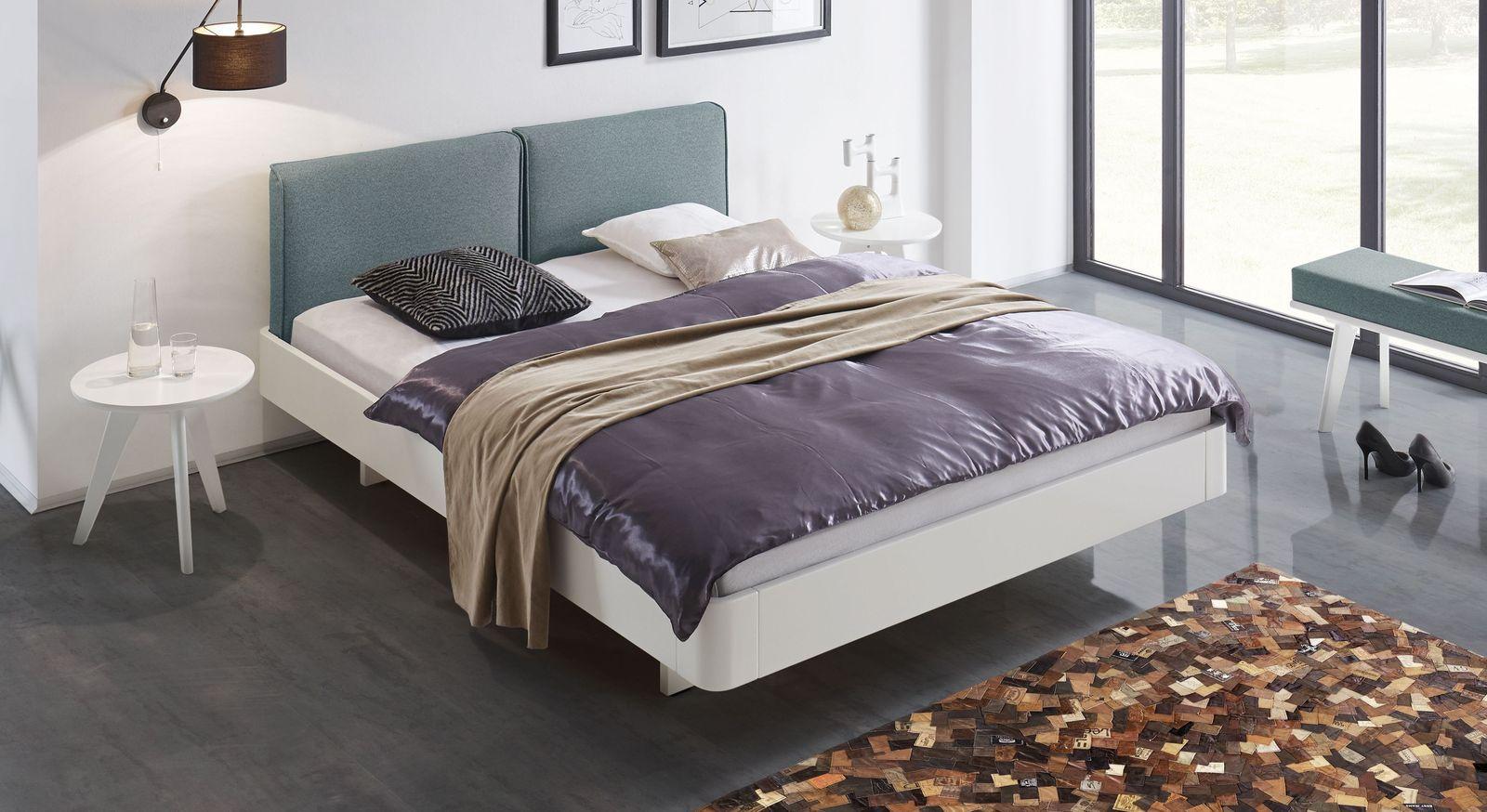 Bett Iraklia in Weiß mit blaugrauem Polsterkopfteil