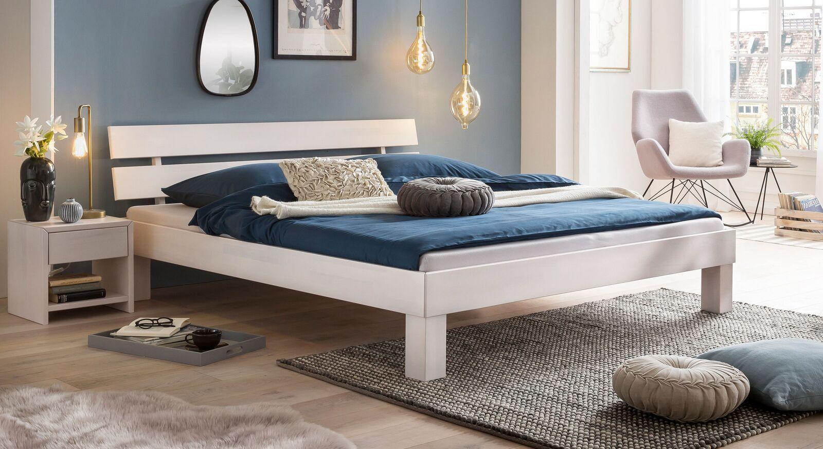 Bett Karmijn aus weiß lackierter Kernbuche