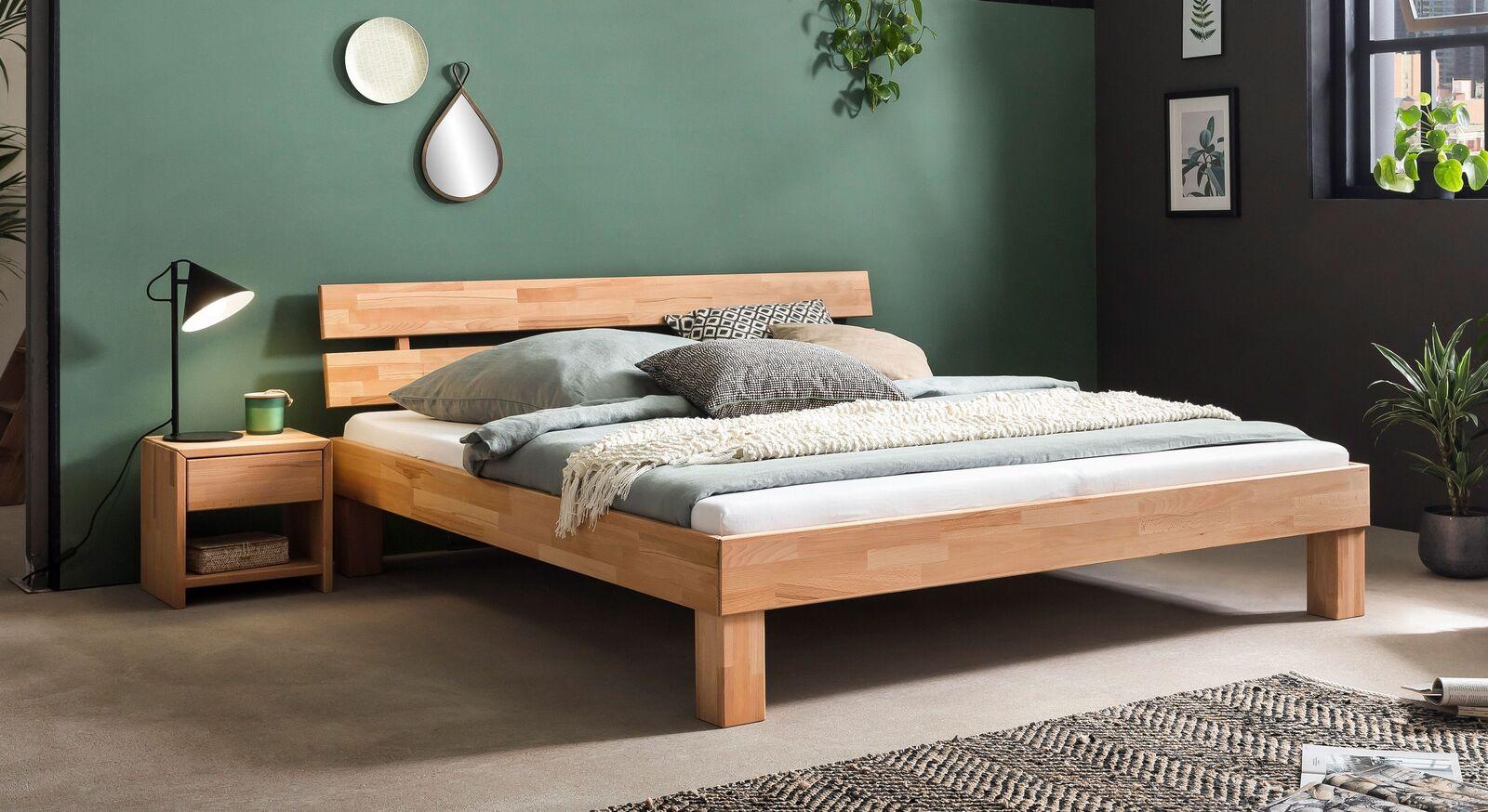 Bett Kasseris mit passendem Nachttisch
