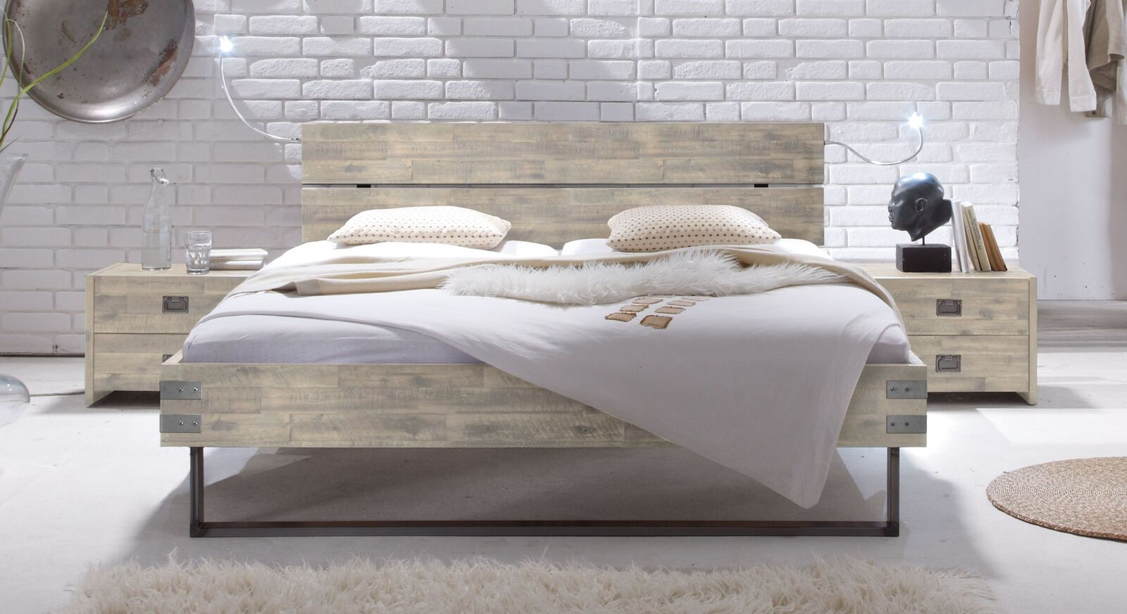 Bett Konna aus weißer Akazie mit Metallbeschlägen