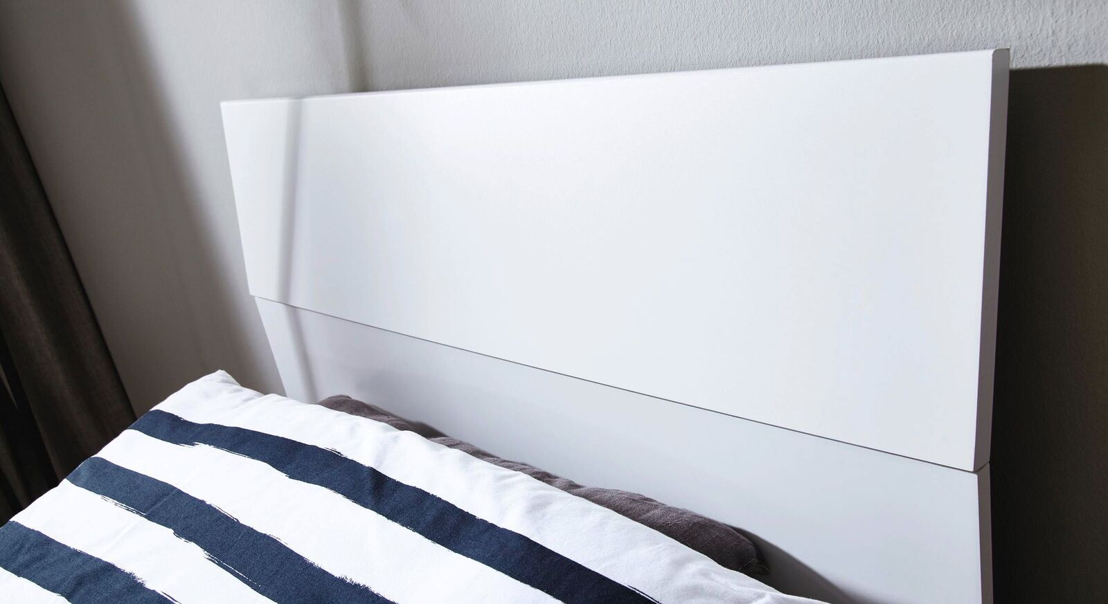 Bett Leilani mit zweigeteiltem Koptteil in Weiß Dekor