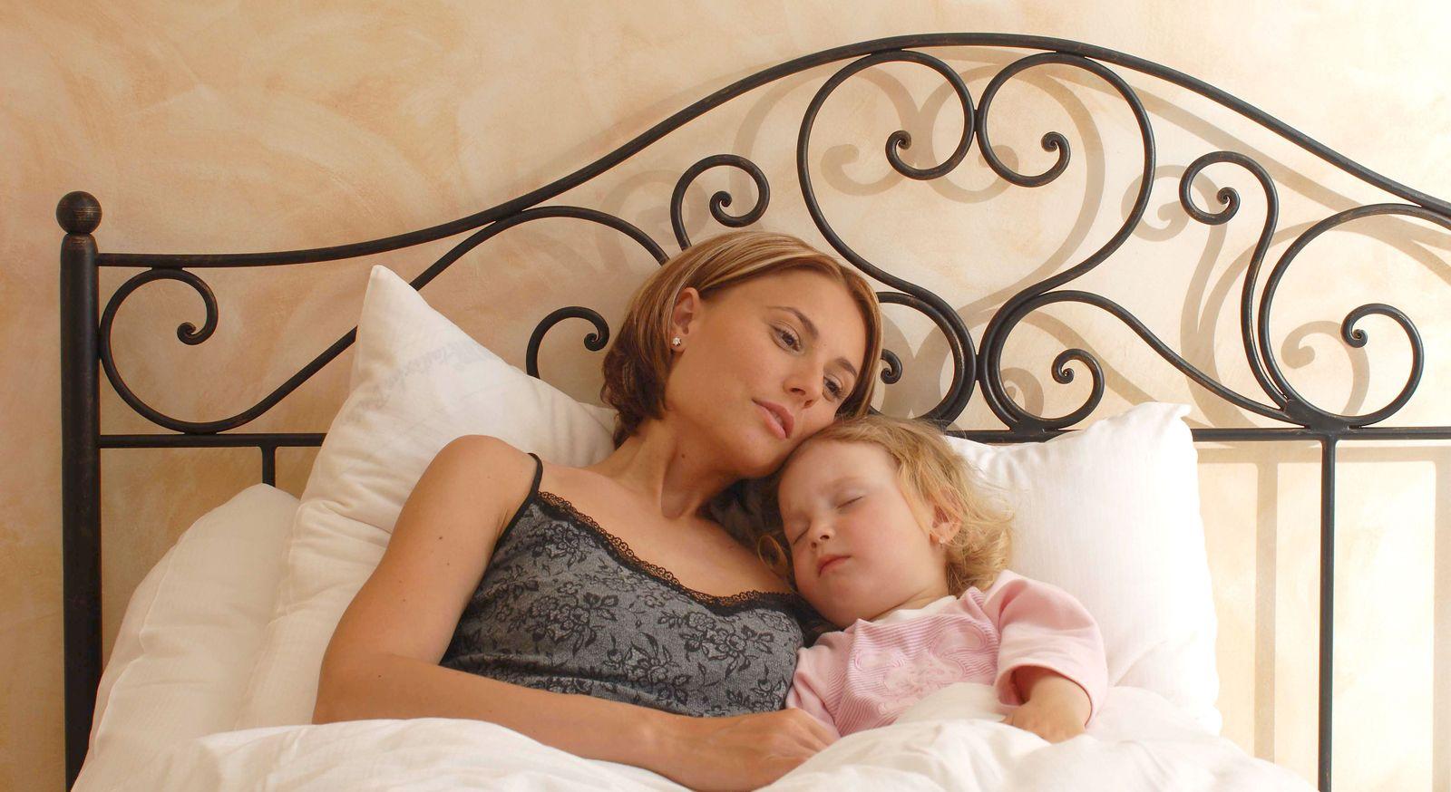 Romantisches Bett Loria mit charmanten Kopfteil