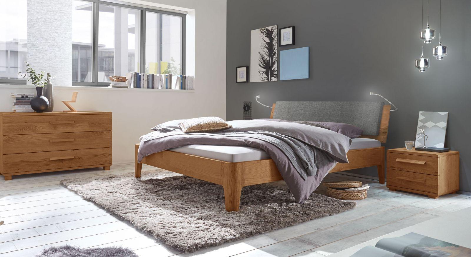 Bett Lugo mit passenden Accessoires fürs Schlafzimmer