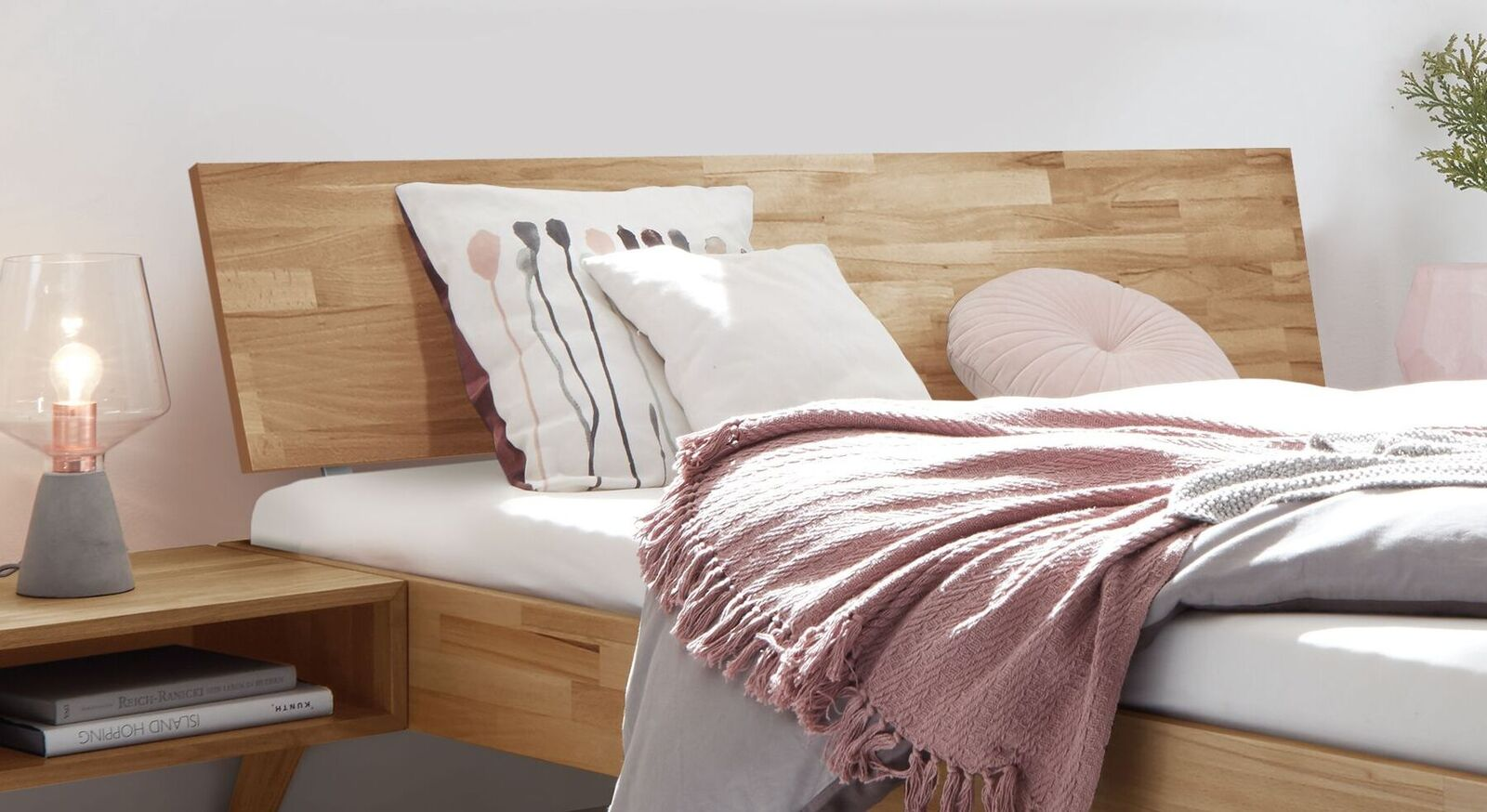 Bett Malinga mit geneigtem Holzkopfteil