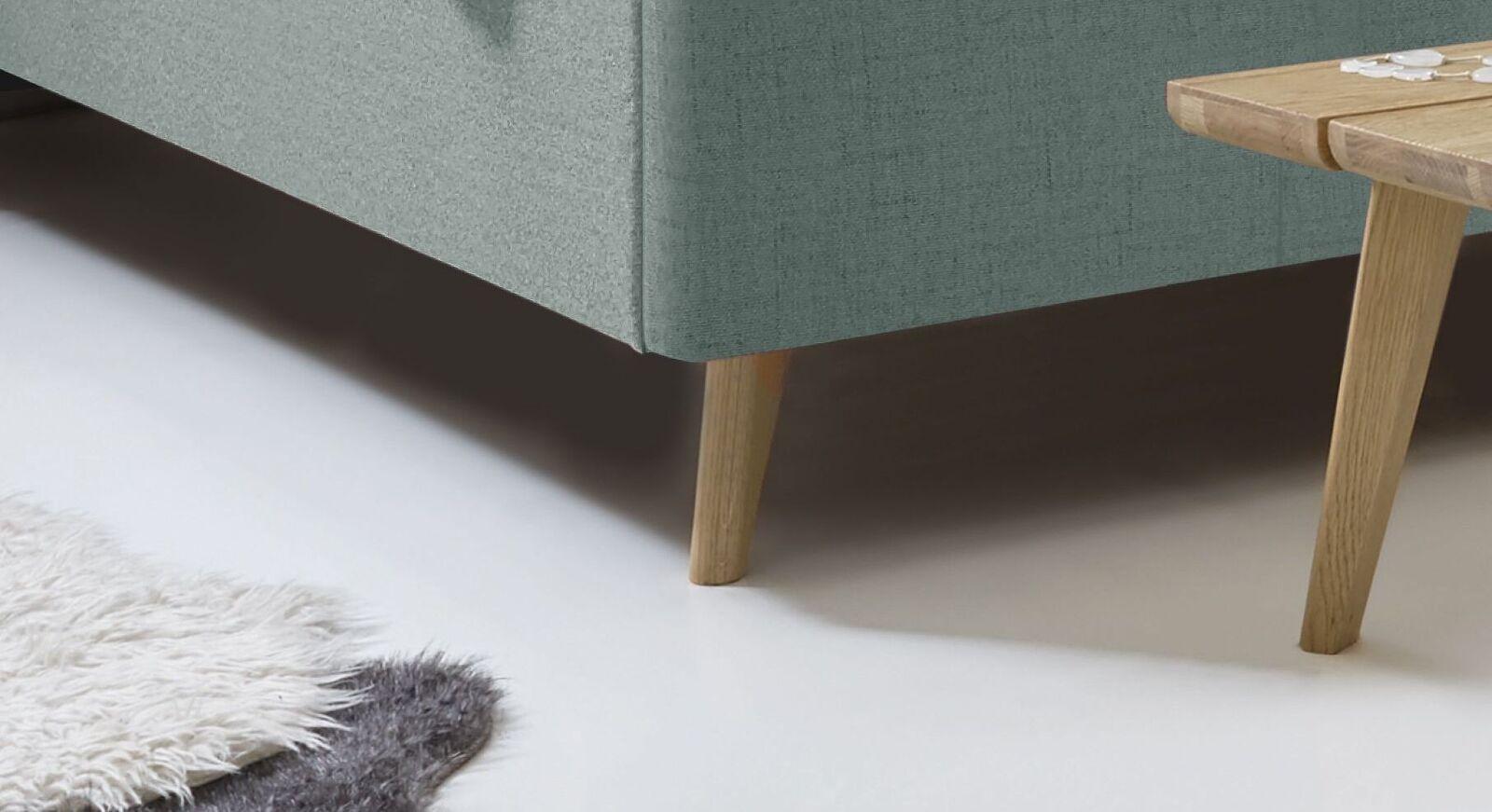 Bett Malvina mit ausgestellten Holzbettbeinen