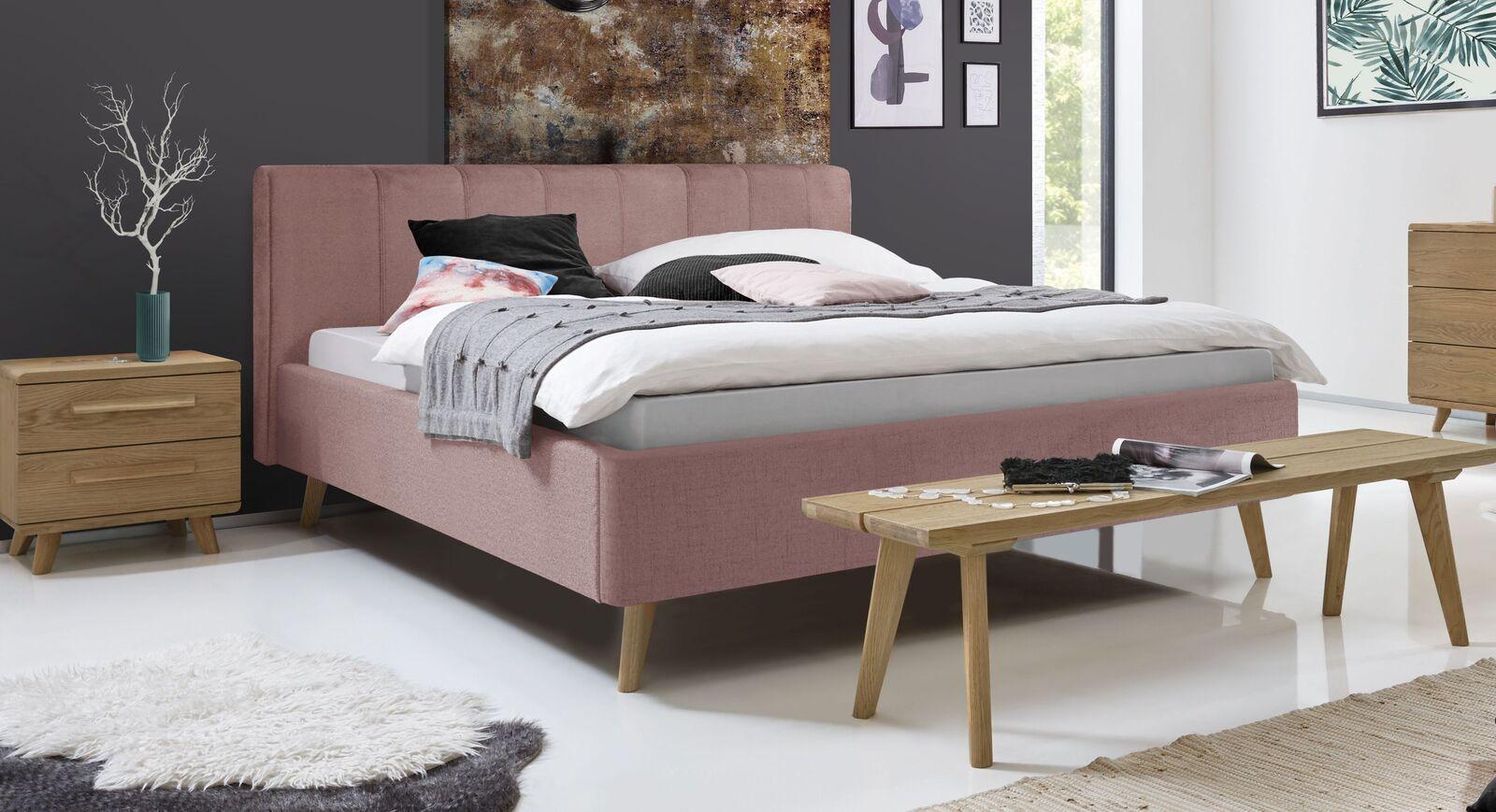Bett Malvina mit rosefarbenem Bezug