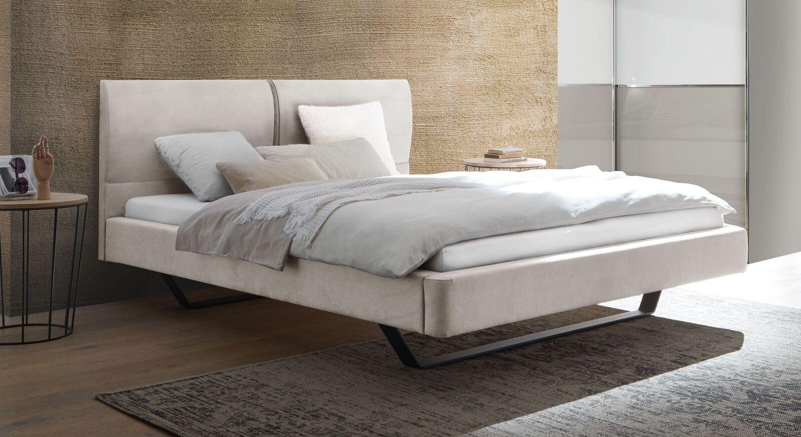 Modernes Bett Nantra mit gepolstertem Bettrahmen