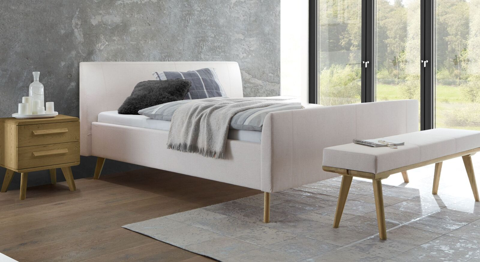 Gepolstertes Bett Nelka mit kalkfarbenem Stoffbezug