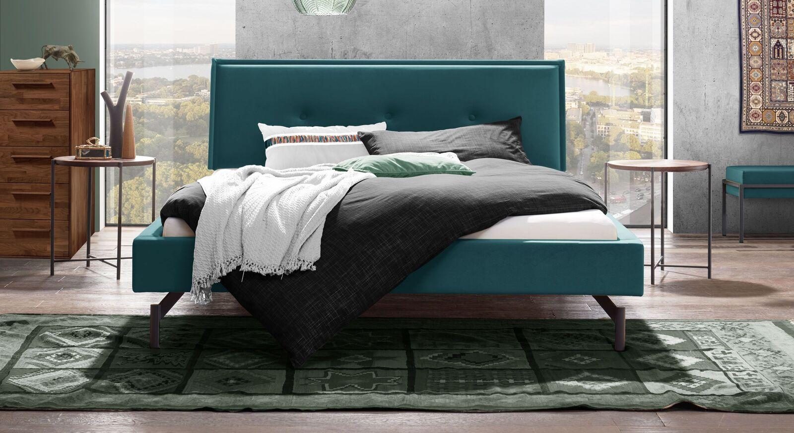Trendiges Bett Nocan mit aquafarbenem Samtbezug