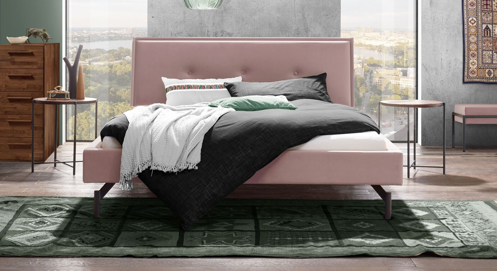 Extravagantes Bett Nocan mit blushfarbenem Samtbezug