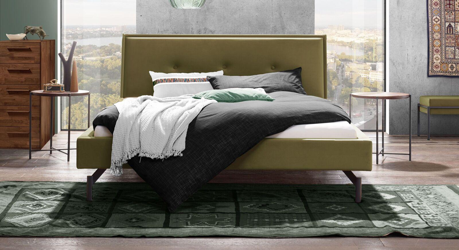 Modernes Bett Nocan mit khakifarbenem Samtbezug