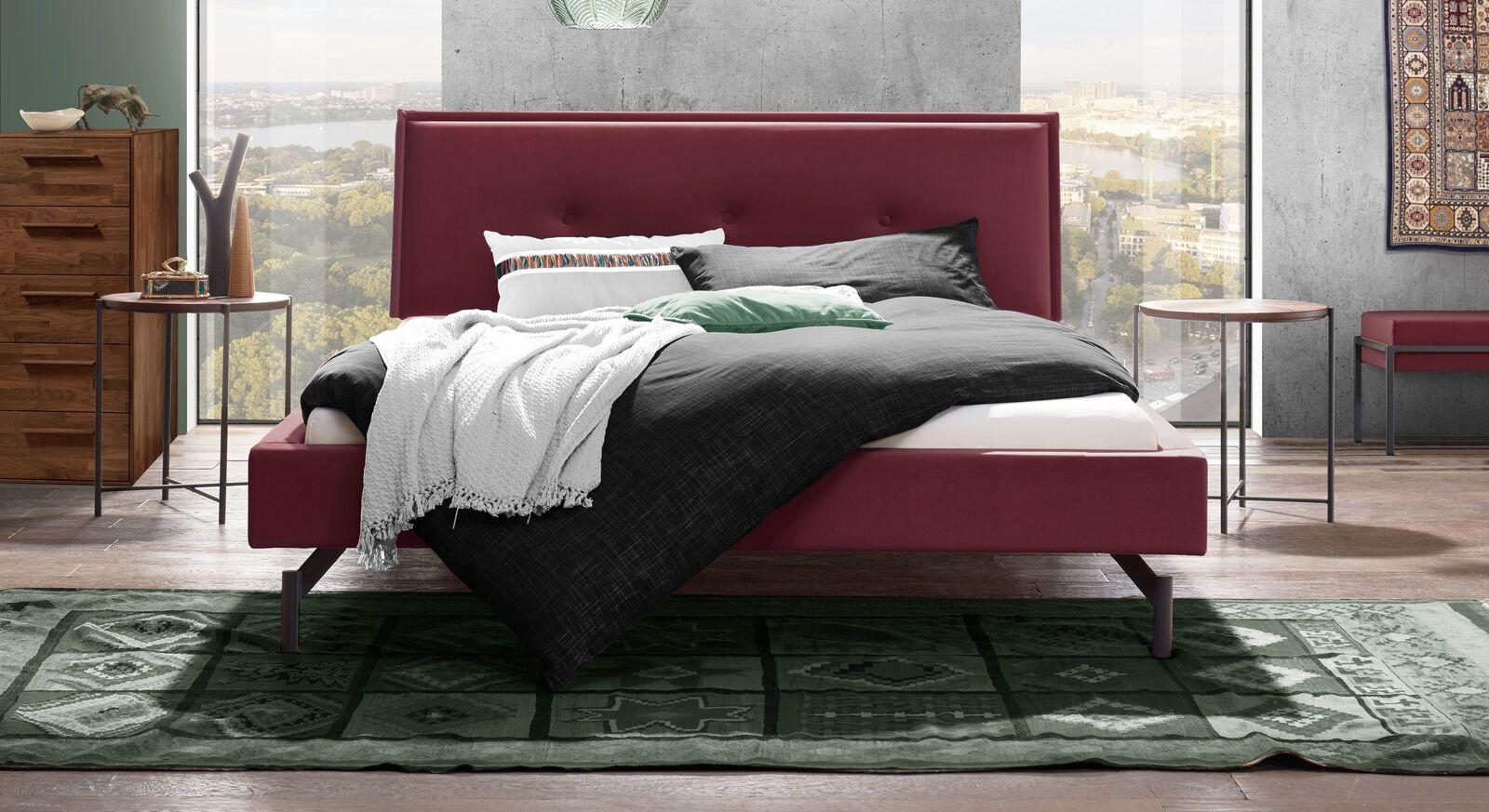 Elegantes Bett Nocan mit rubinfarbenem Samtbezug
