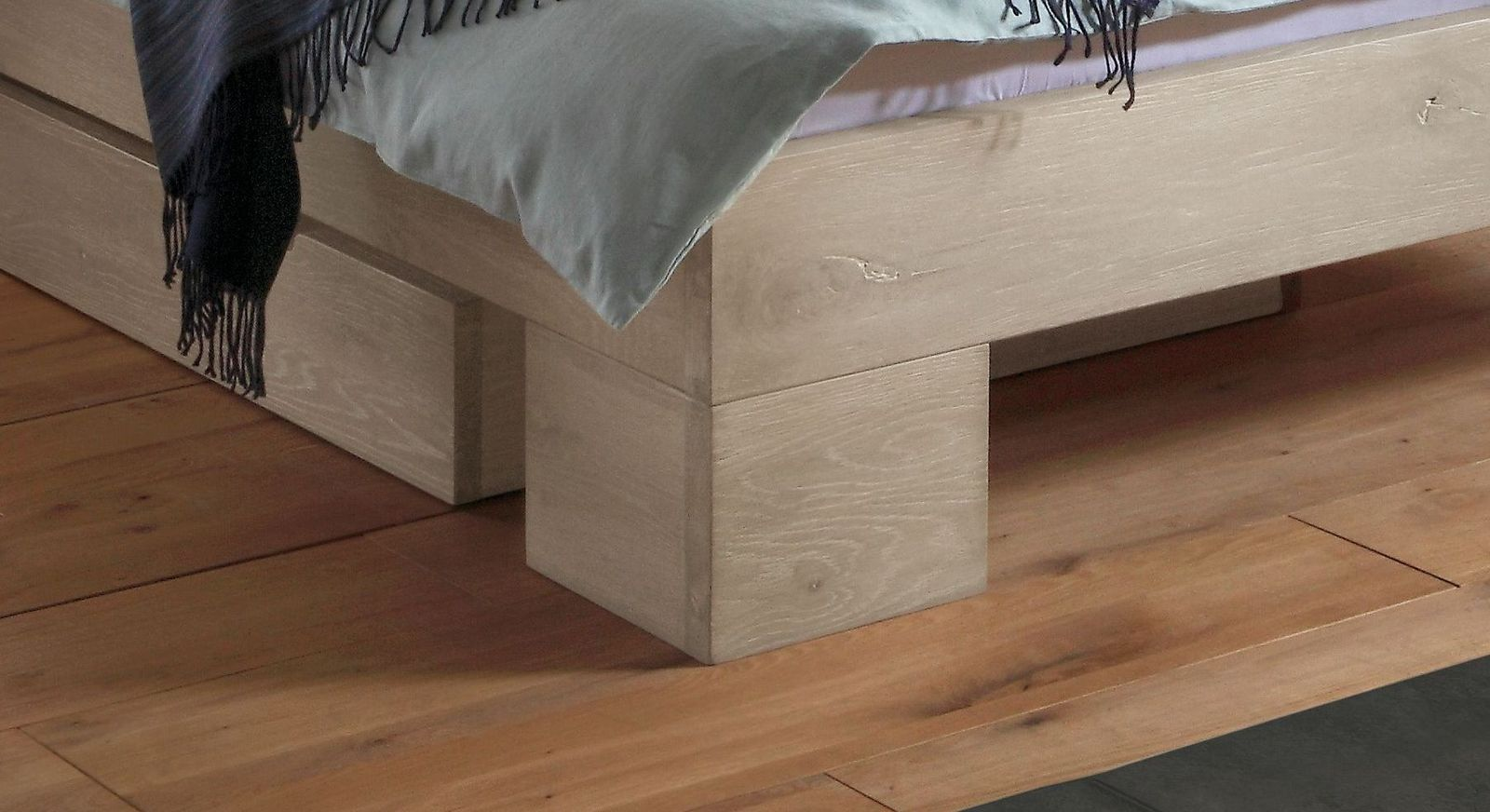 Bett Olinda mit stabilen Holzfüßen