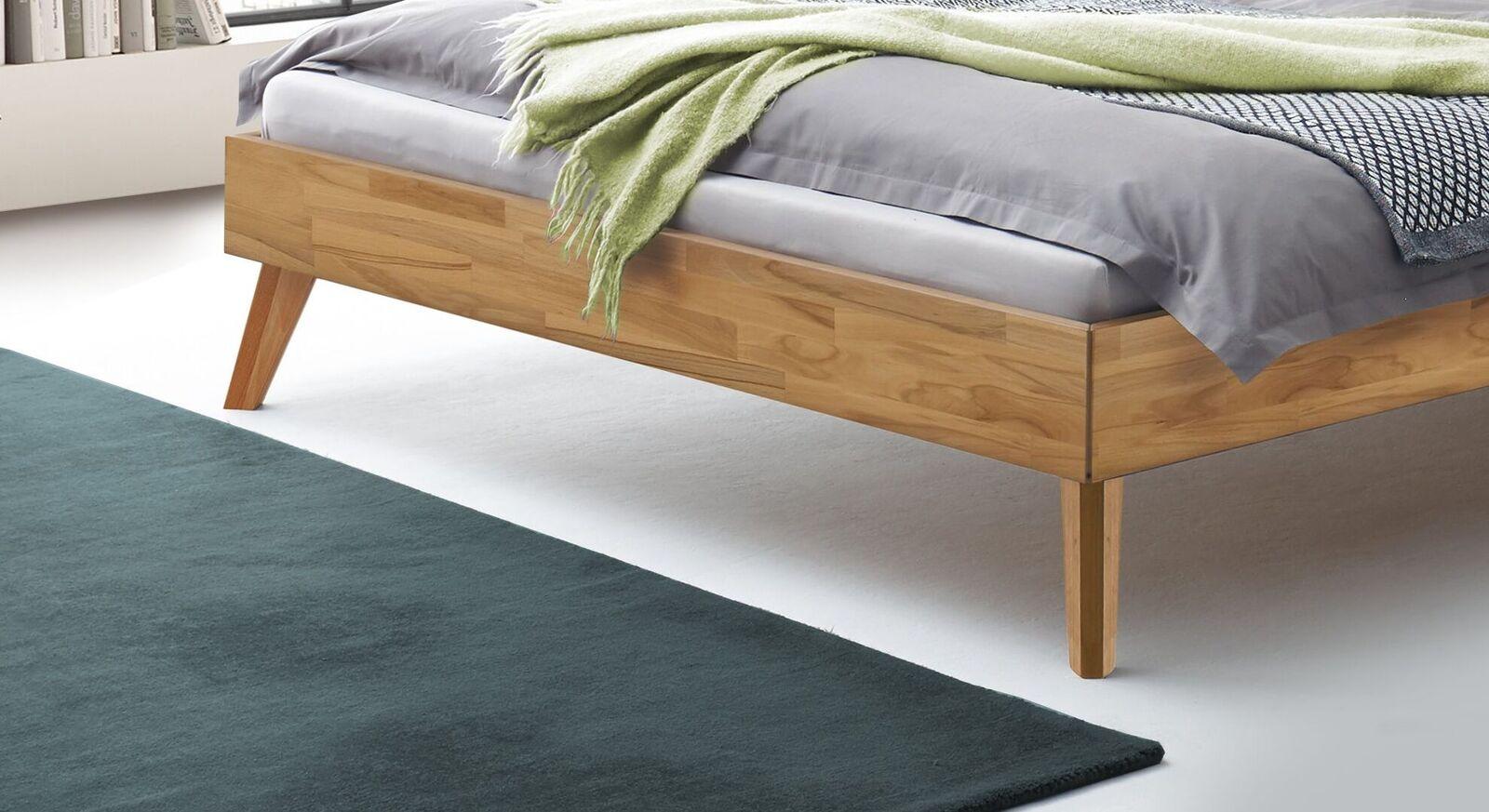 Bett Pikosa mit ausgestellten Füßen