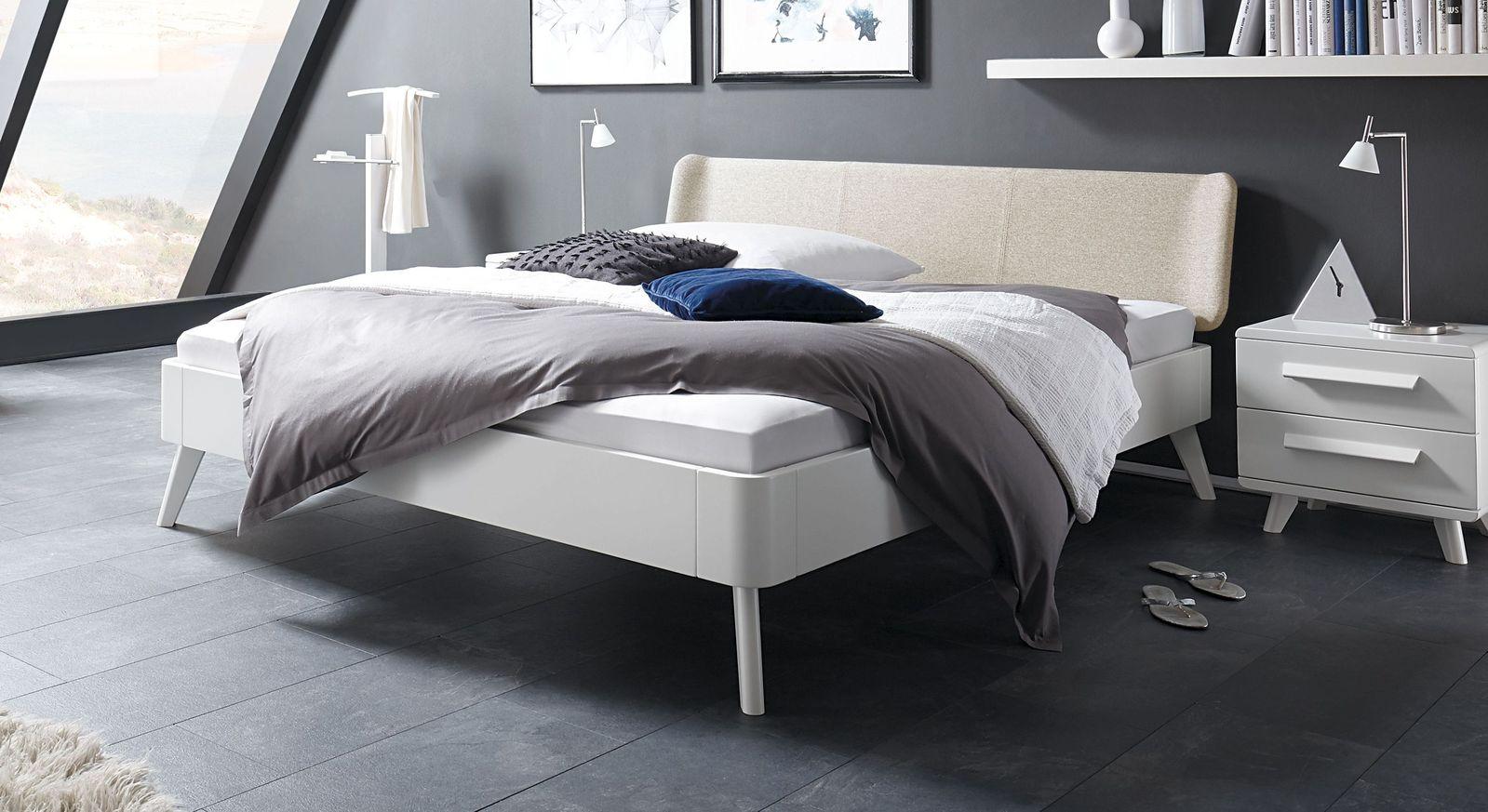 Weißes Bett Pori mit beigefarbenem Kopfteil