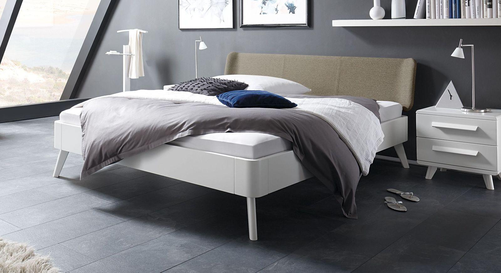 Weißes Bett Pori mit sandgrauem Kopfteil