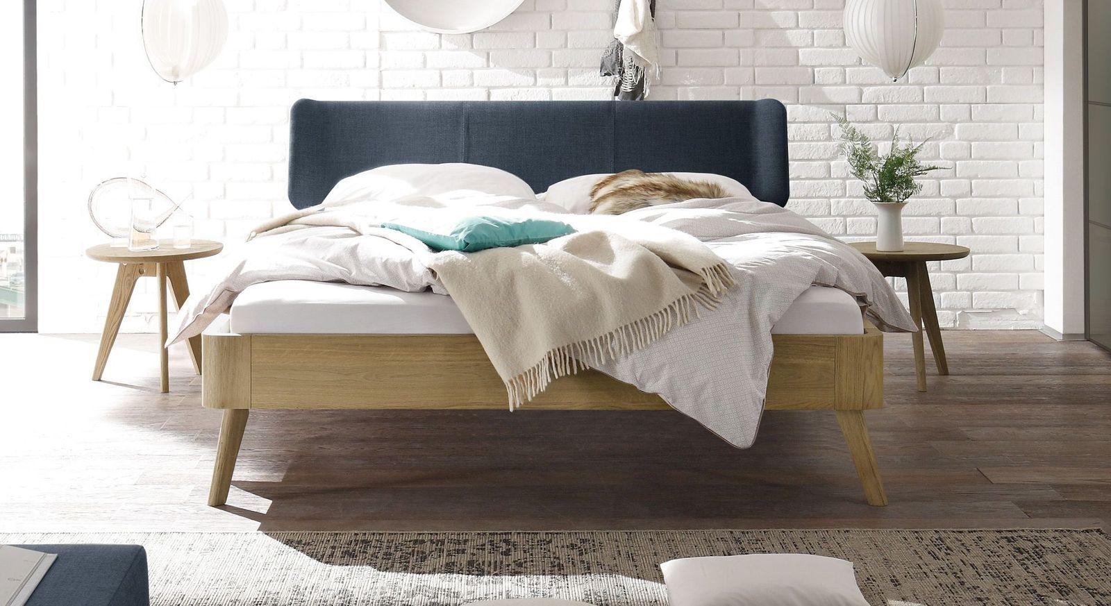 Bett Rakaia mit 25 cm Fußhöhe und marinefarbenem Kopfteil