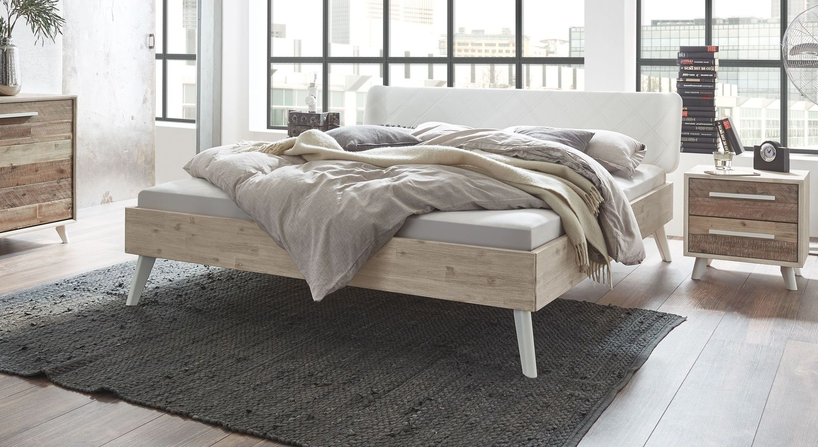 Bett Ranua im Retrostyle aus Akazienholz in Natur