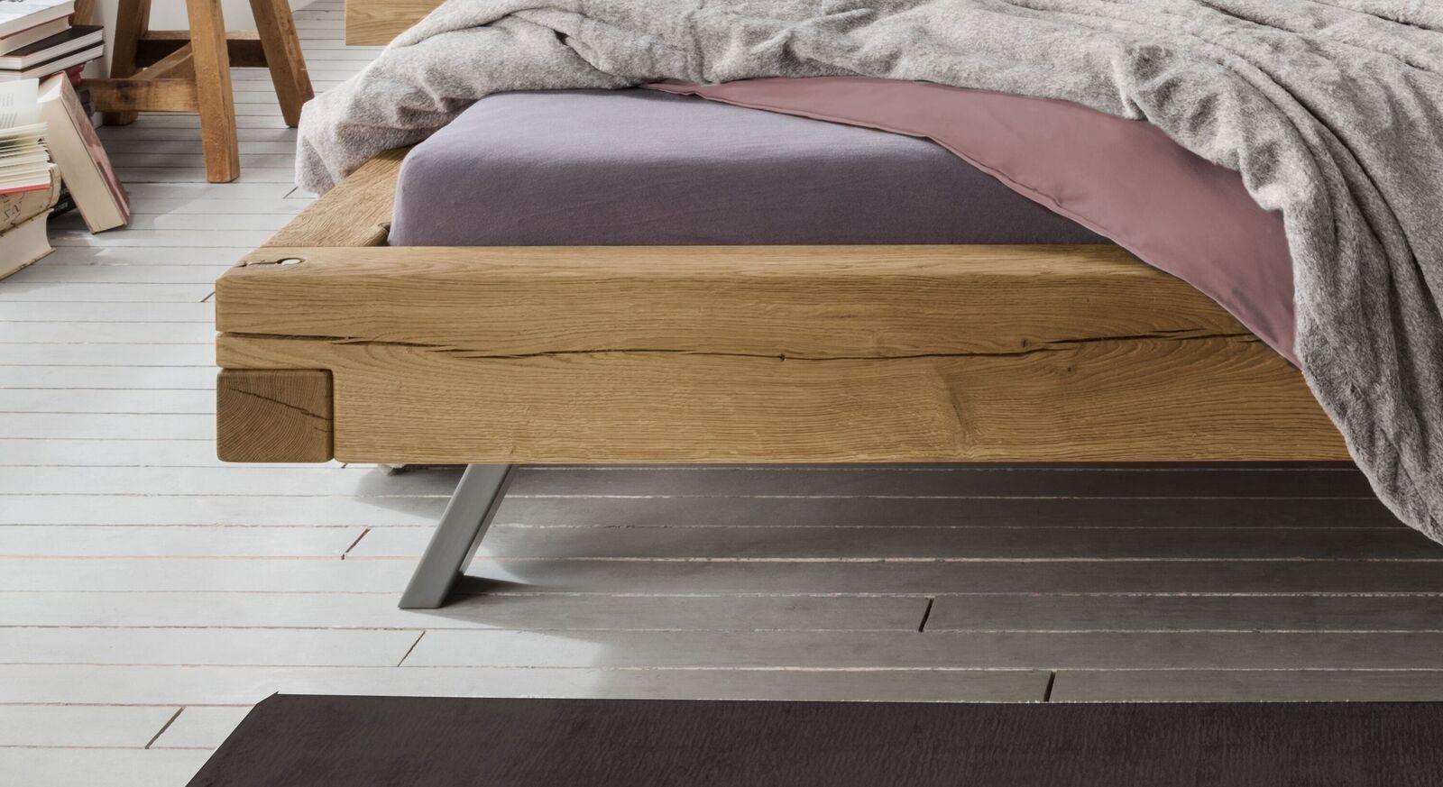 Bett Rune mit filigranen Stahlfüßen