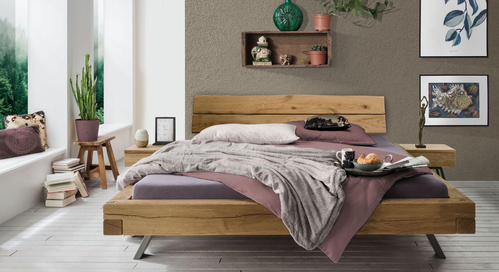 Bett Rune mit passendem Nachttisch