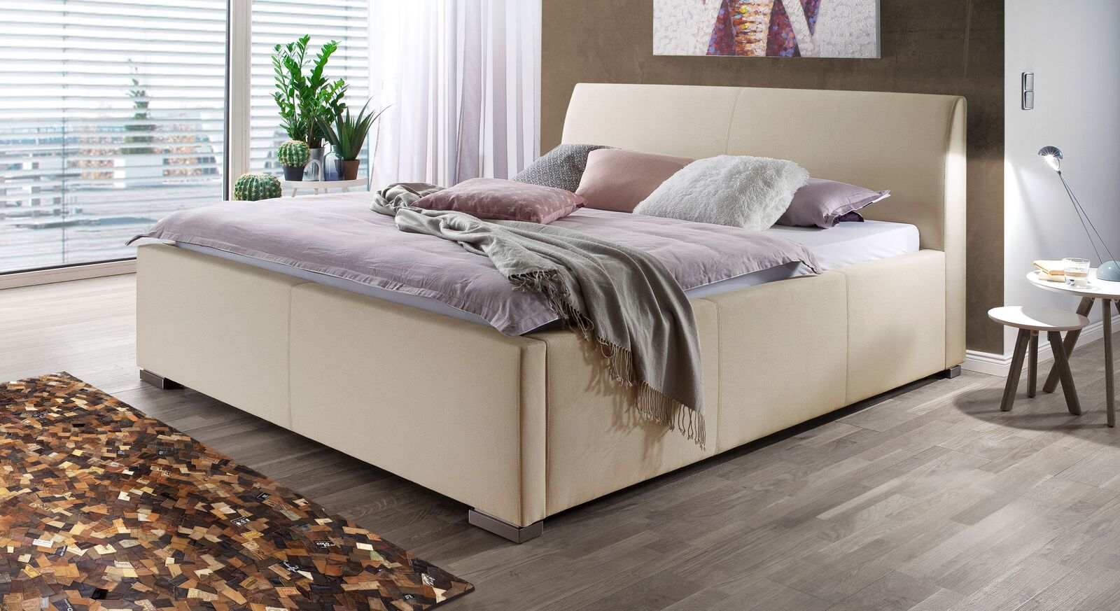 Bett Sesimbra mit beigefarbenem Stoffbezug
