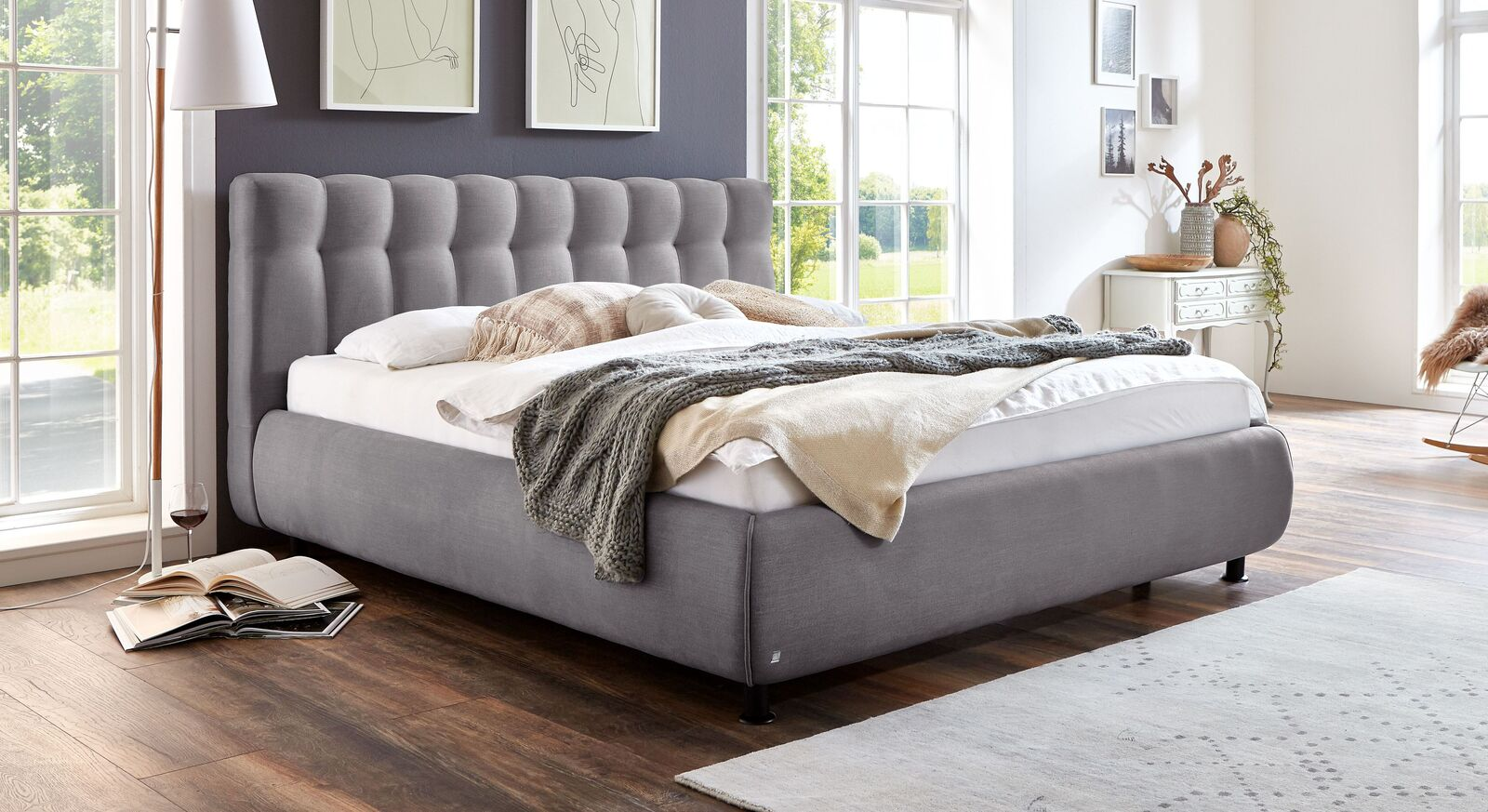 Bett Sumaya mit grauem Stoffbezug