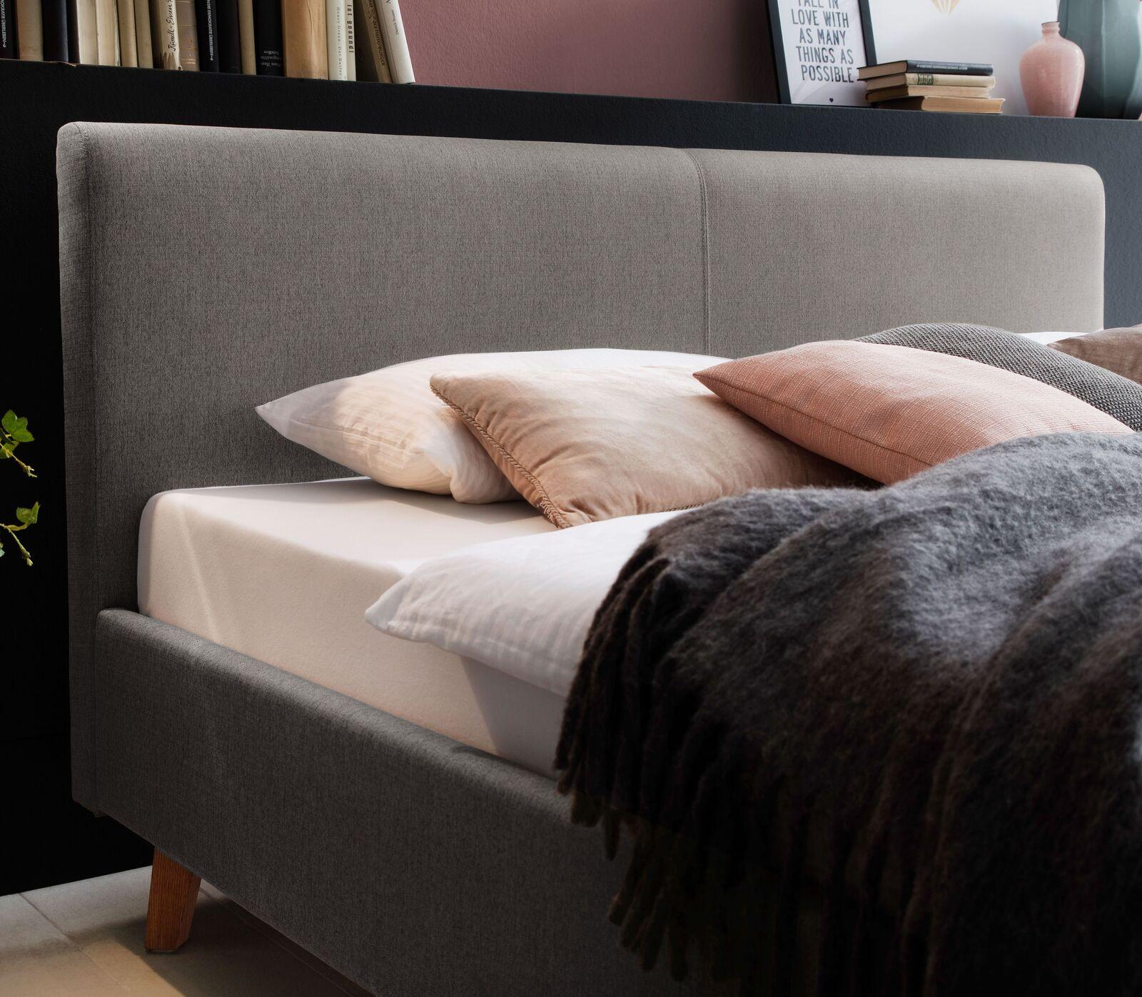Taupefarbenes Polsterbett In Komforthöhe Im Retrodesign