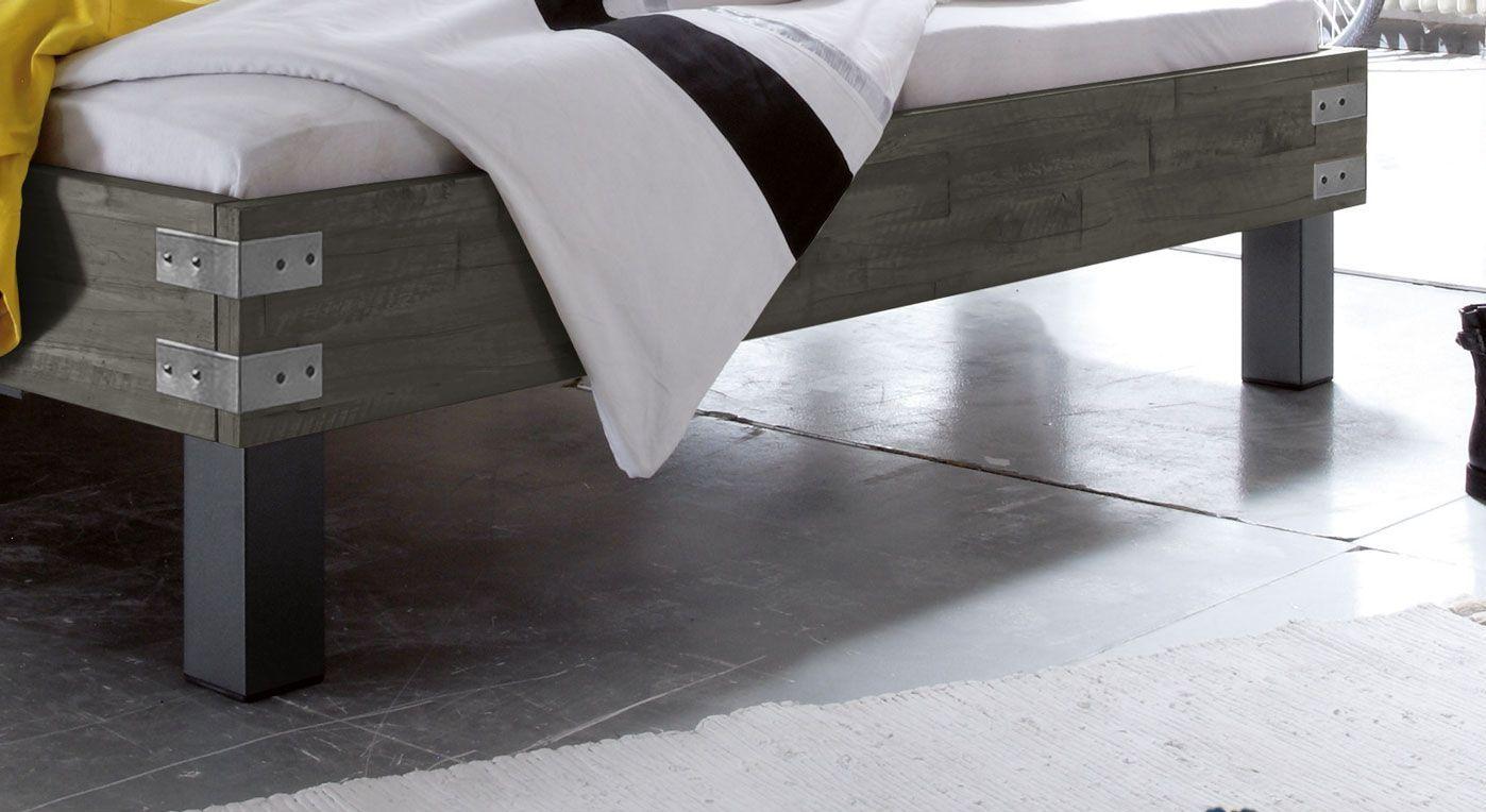 Bettrahmen des Bett Talca mit Metall-Beschlägen