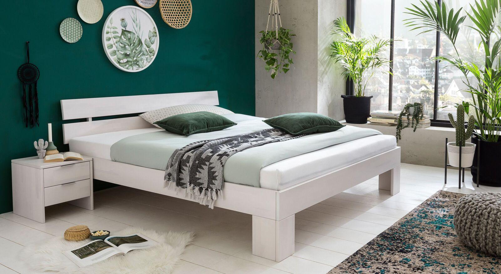 Bett Tanu mit passendem Nachttisch