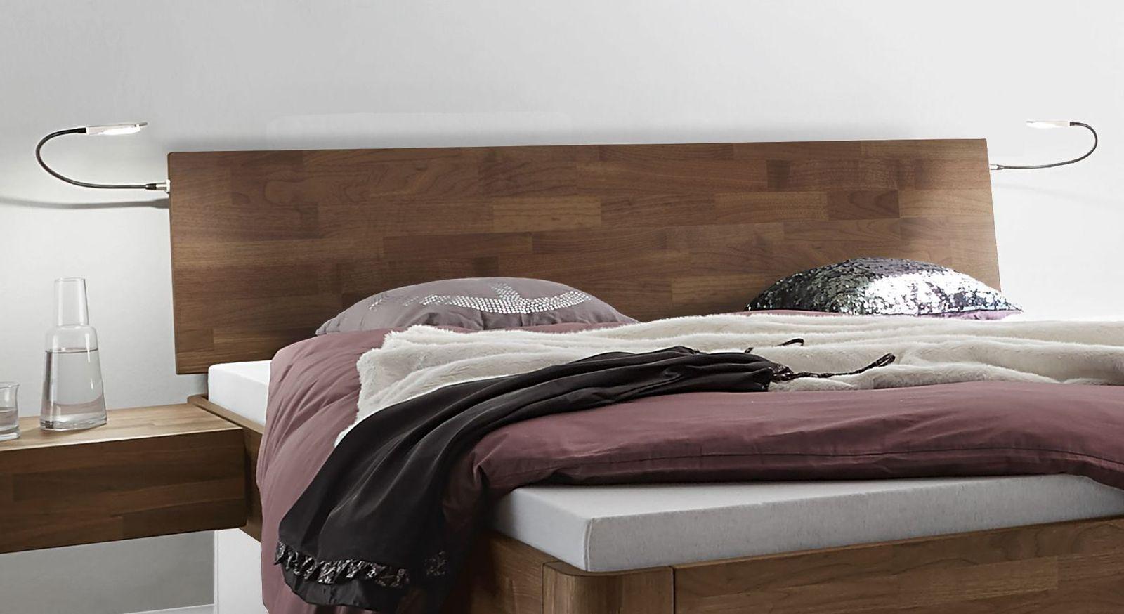 Massives Bett Tartu mit geneigtem Kopfteil