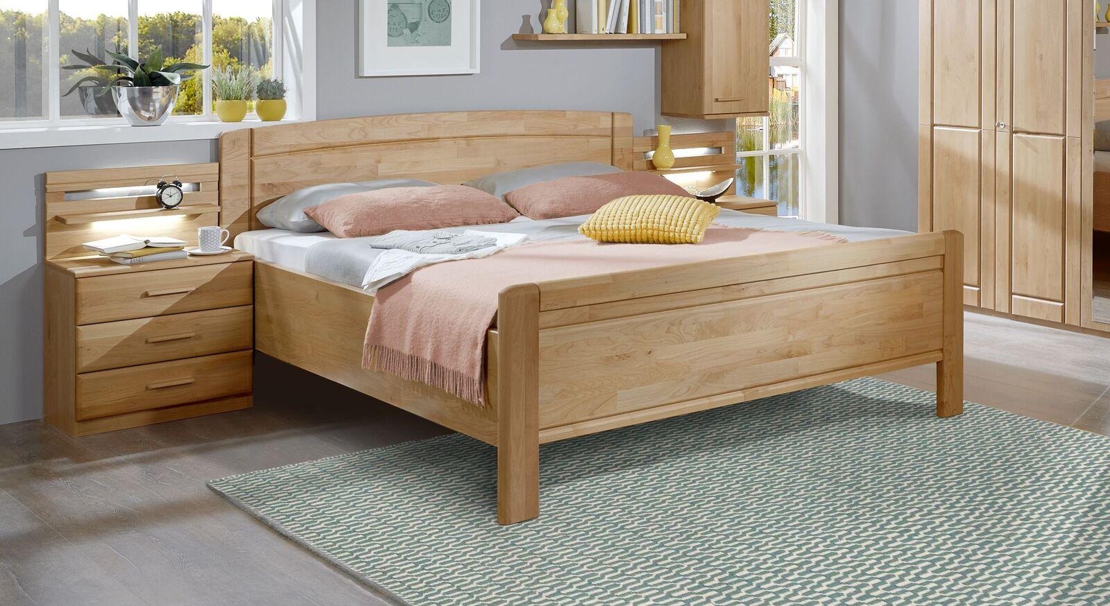 Bett Trikomo aus teilmassiver Erle