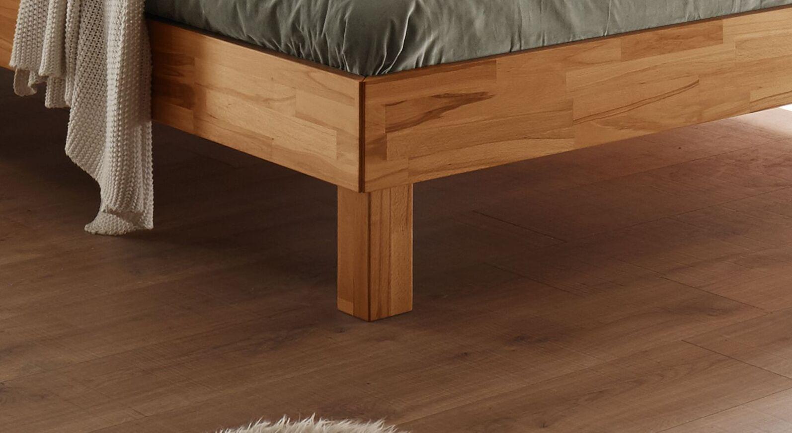 Bett Varion mit 20 cm hohen Blockfüßen