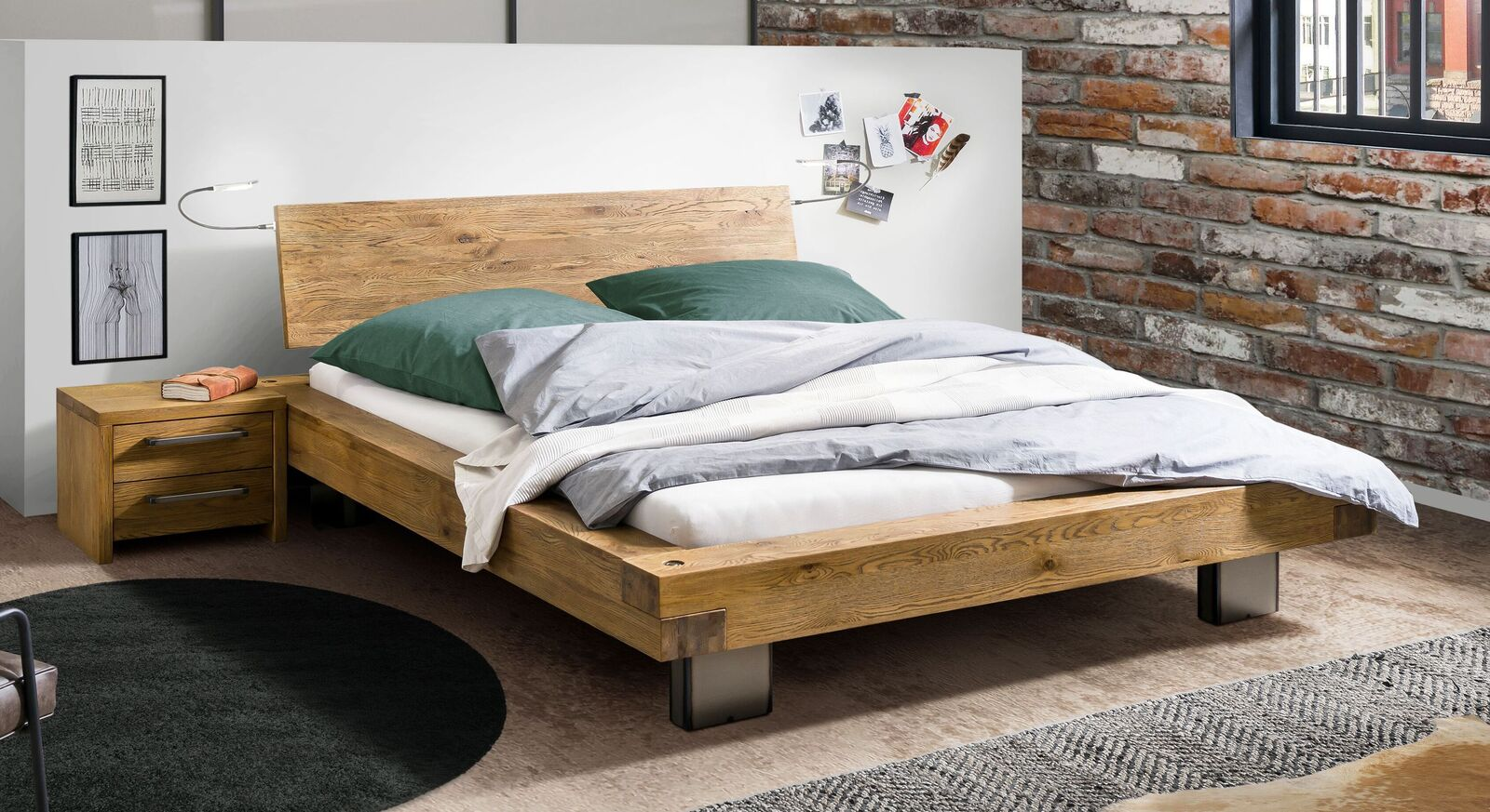 Bett Vilbert aus rustikalem Wildeichenholz