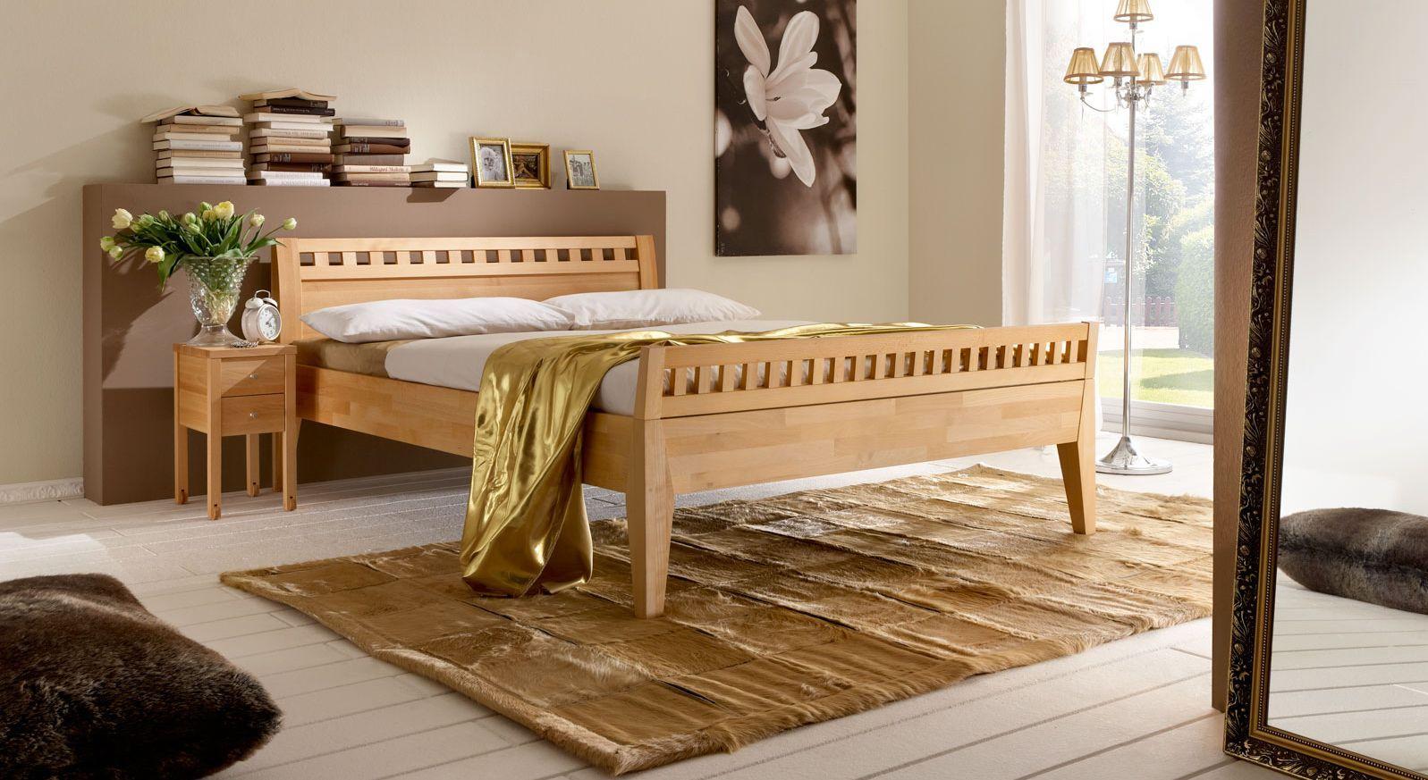 Zeitloses Bett Wallis mit schlichtem, modernen Fussteil.