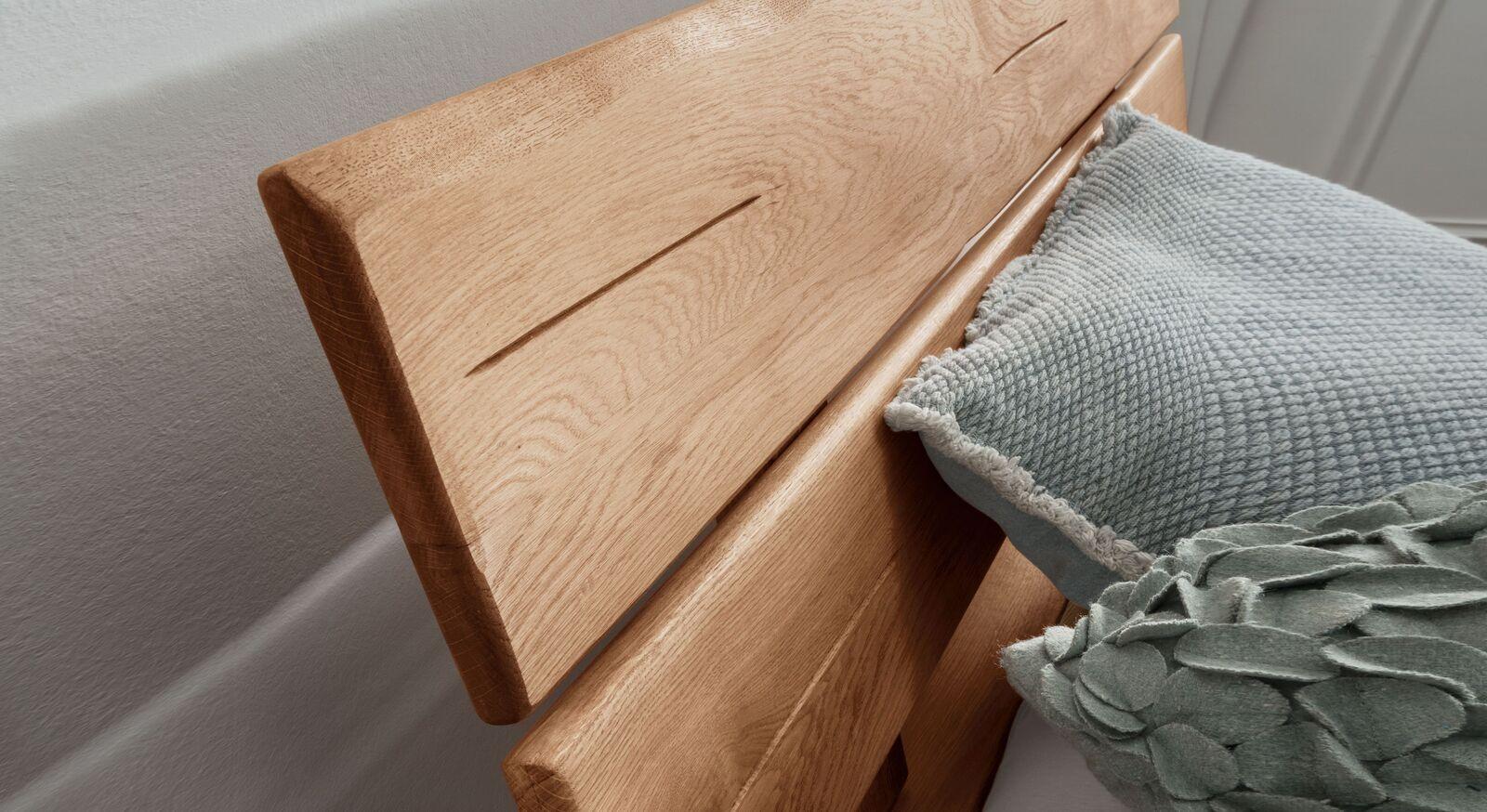 Wildeiche-Bett Kopfteil mit natürlicher Kante